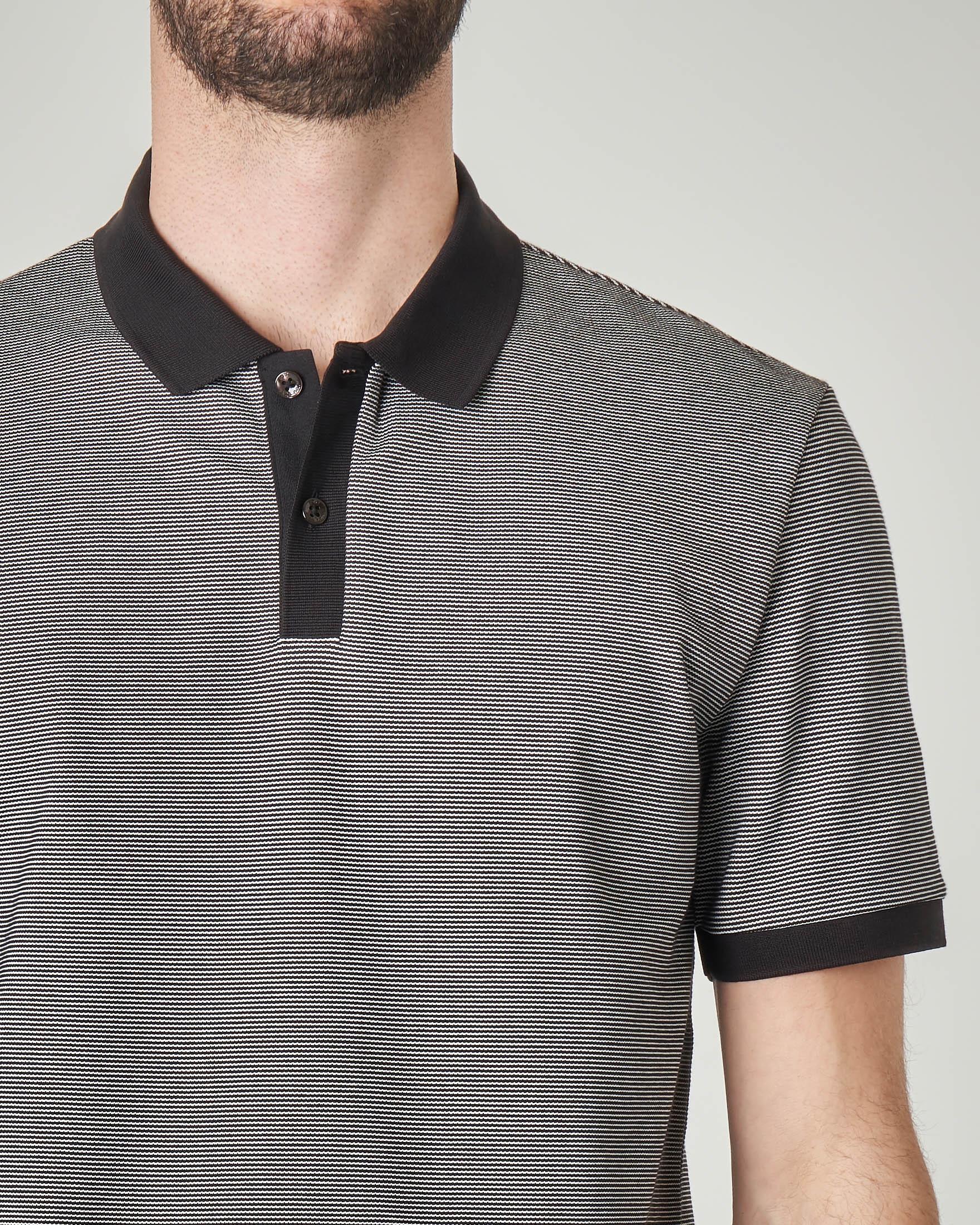 Polo nera micro-fantasia con collo, falsino e bordo maniche in contrasto