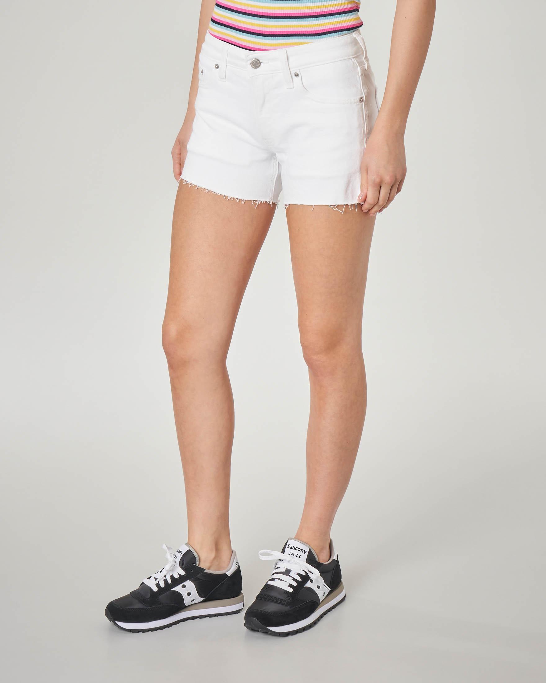 Shorts in denim bianchi con scritta logo ricamata sulla gamba