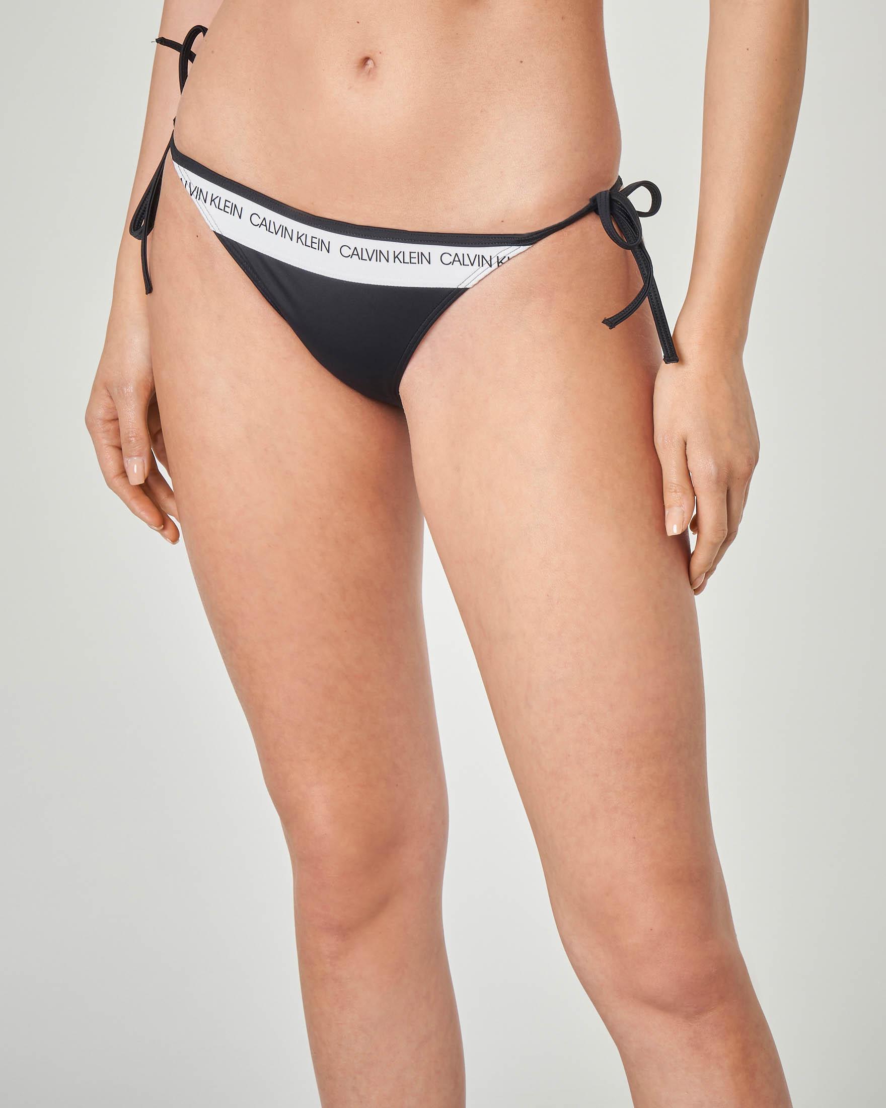 Slip bikini nero con laccetti sottili e fascia bianca davanti e dietro con scritta logo