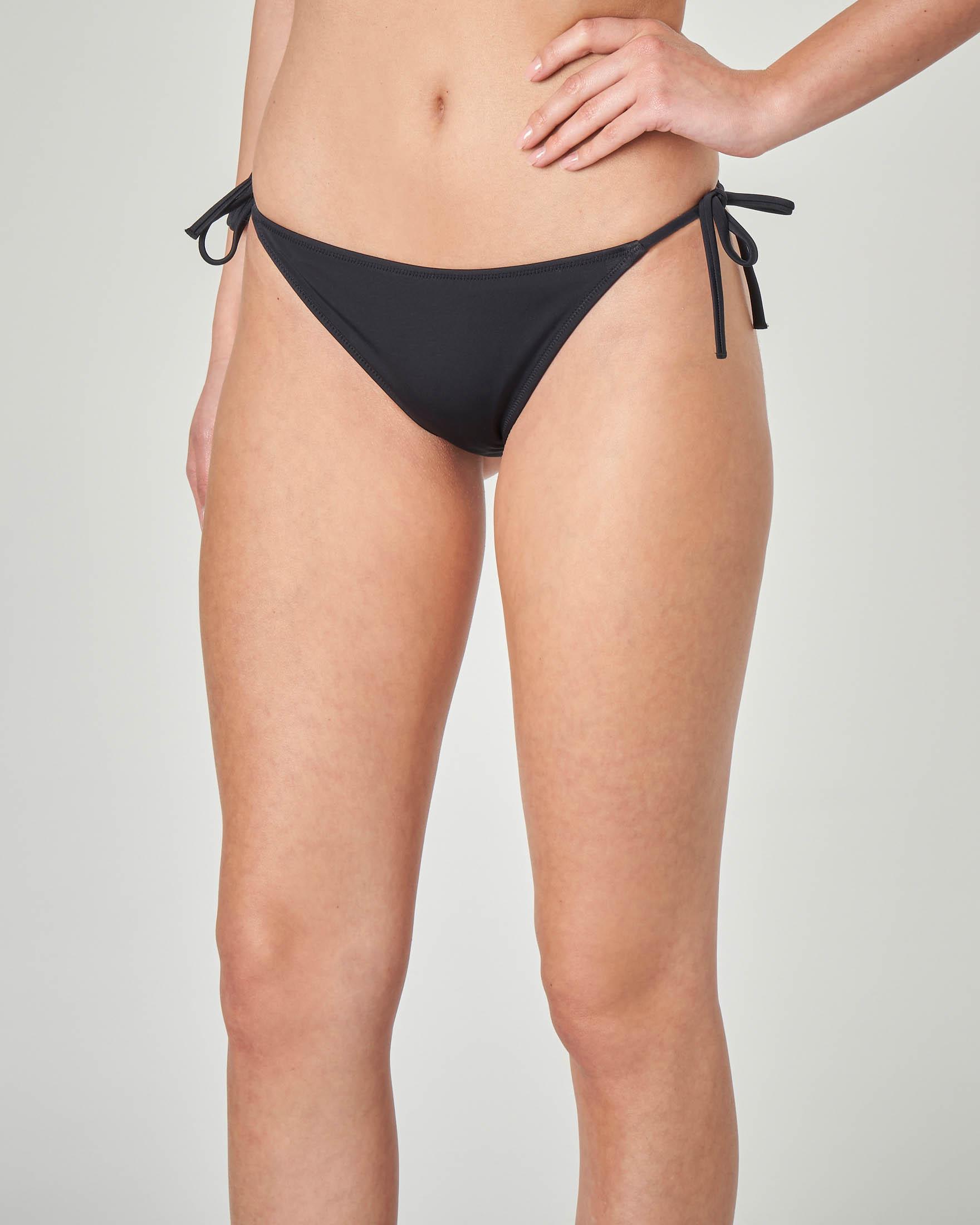 Slip bikini nero con laccetti sottili e scritta logo sul retro