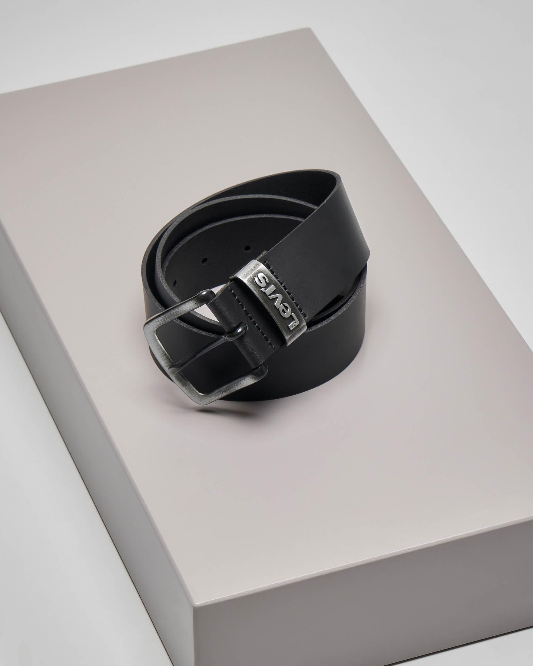 Cintura nera in pelle con fibbia e passante in metallo brunito