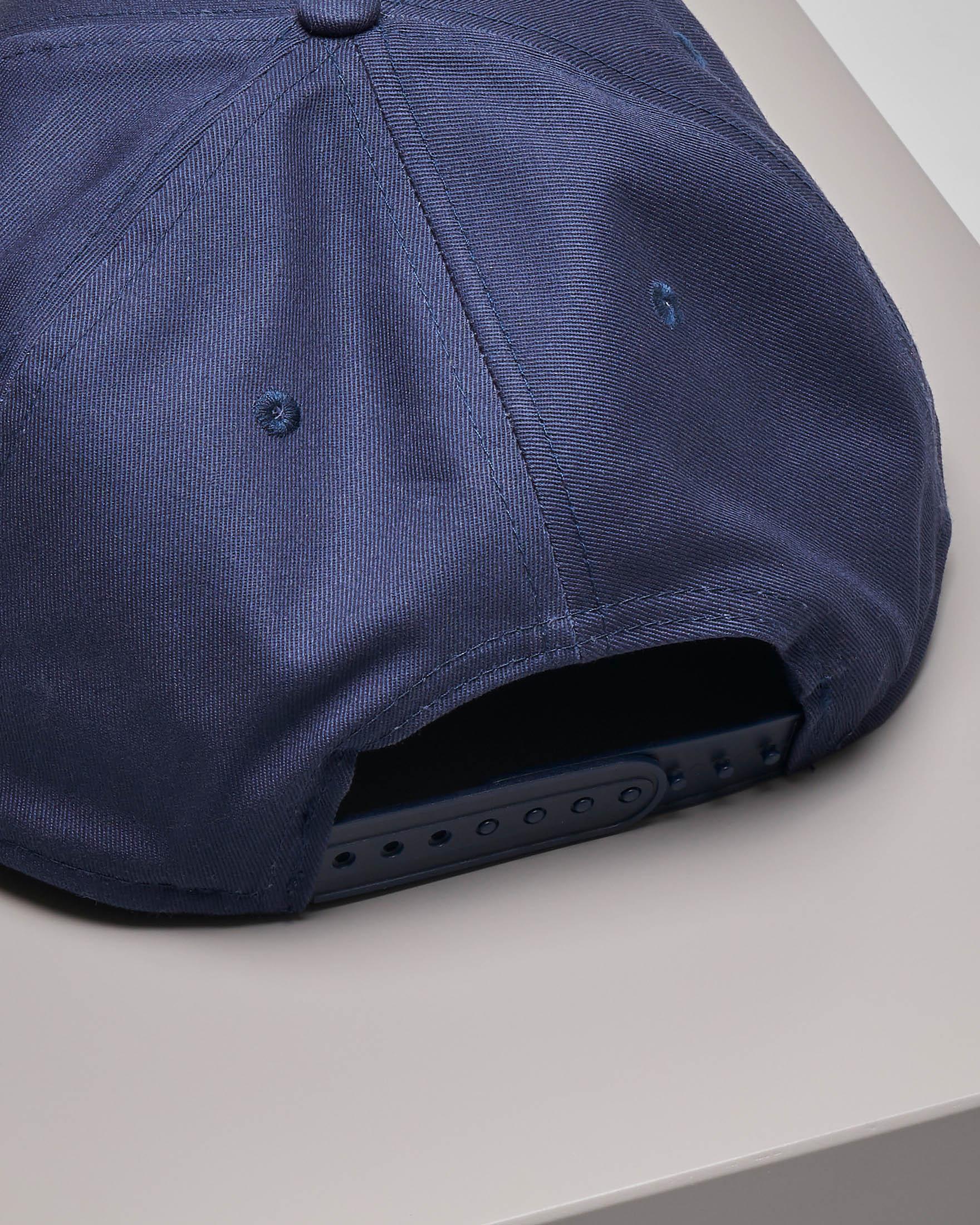 Berretto blu con frontino e logo