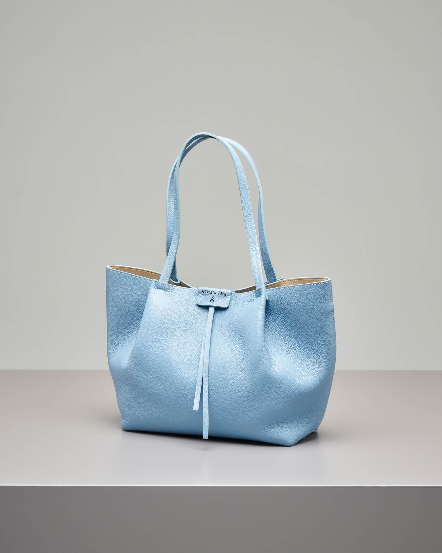 Shopping bag azzurra in pelle di vitello martellata con pochette interna