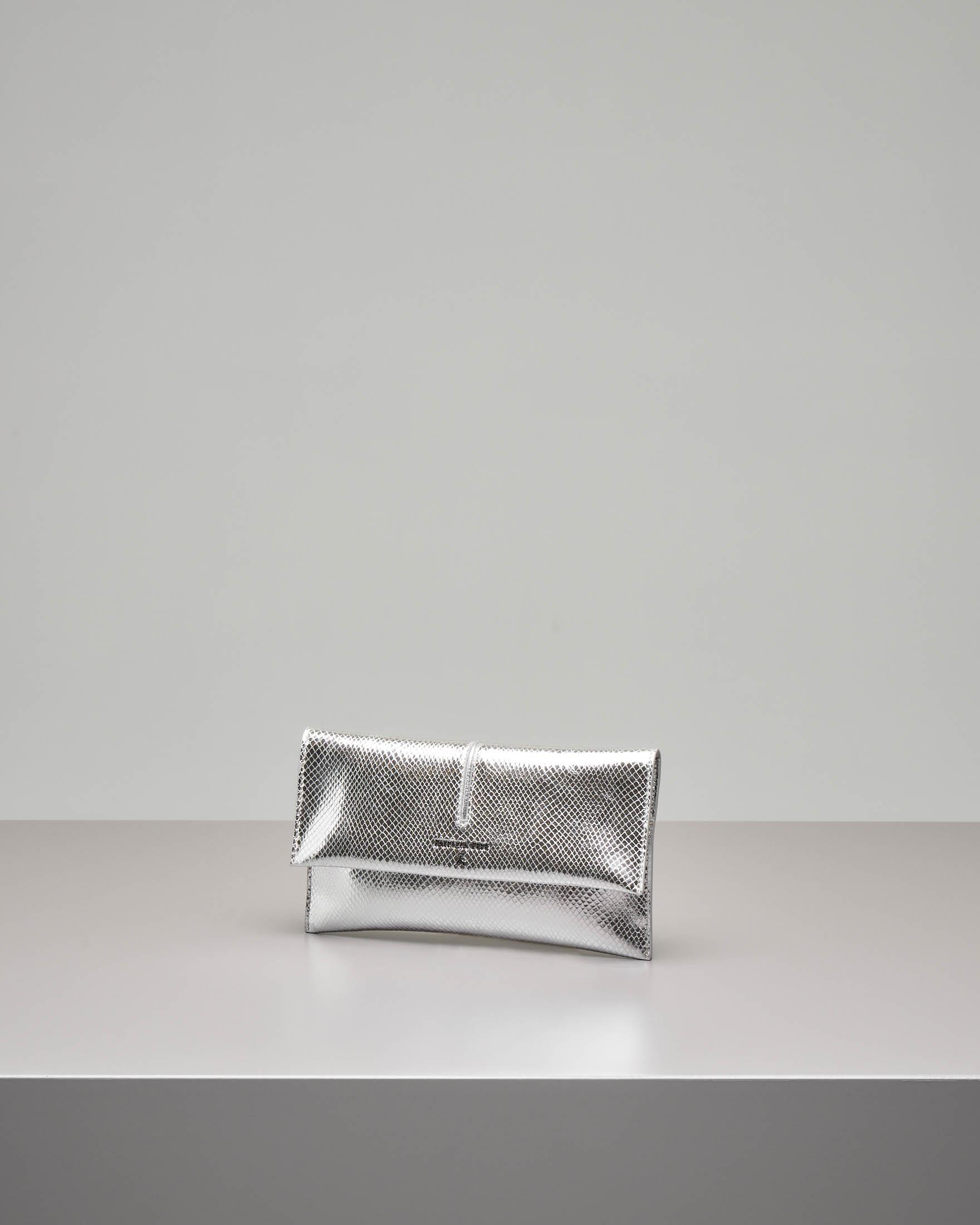 Pochette in pelle argento effetto pitone patella bianca e tracolla removibile