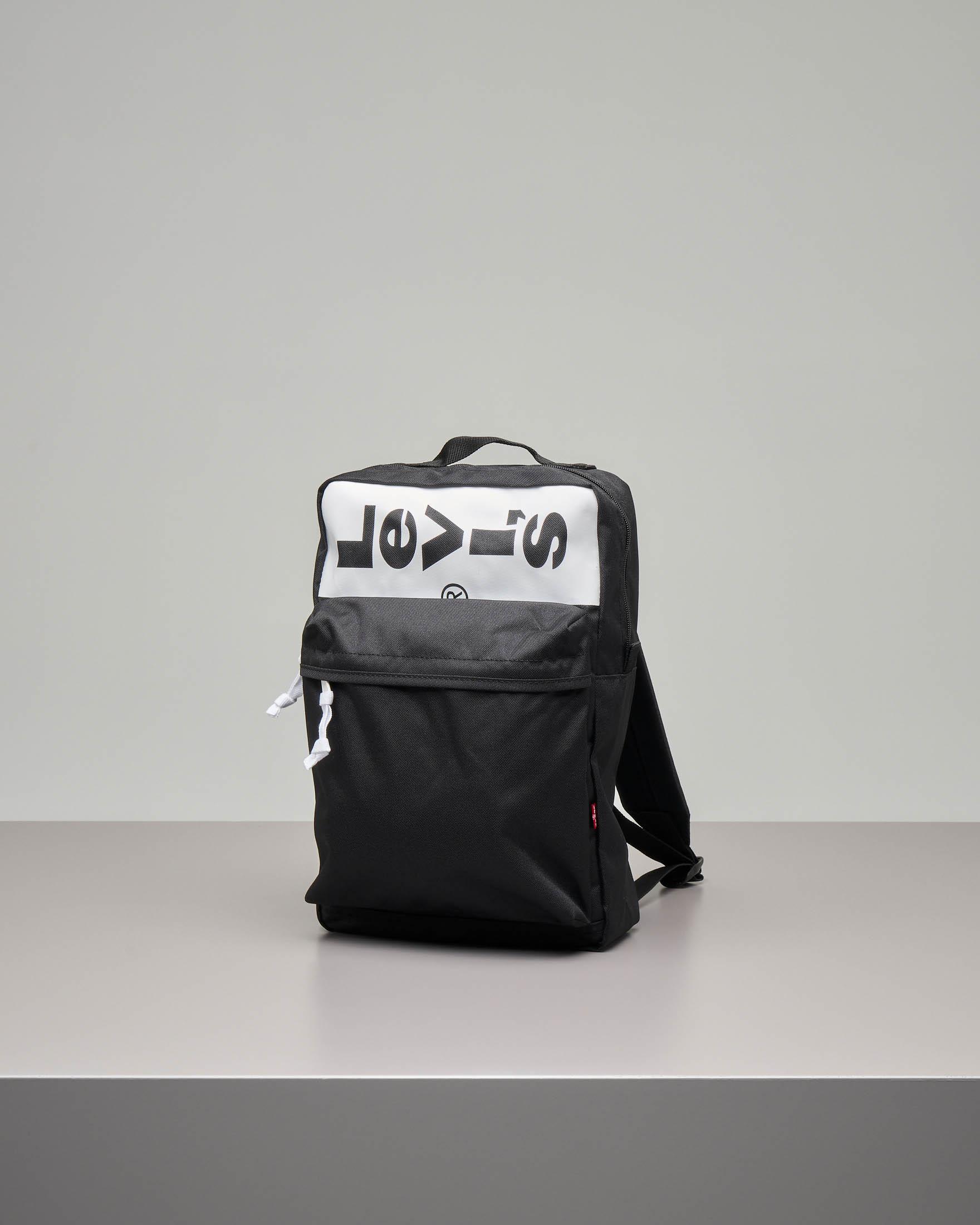 12eedbda23 Zaino nero quadrato con ampia tasca frontale e scritta logo a contrasto