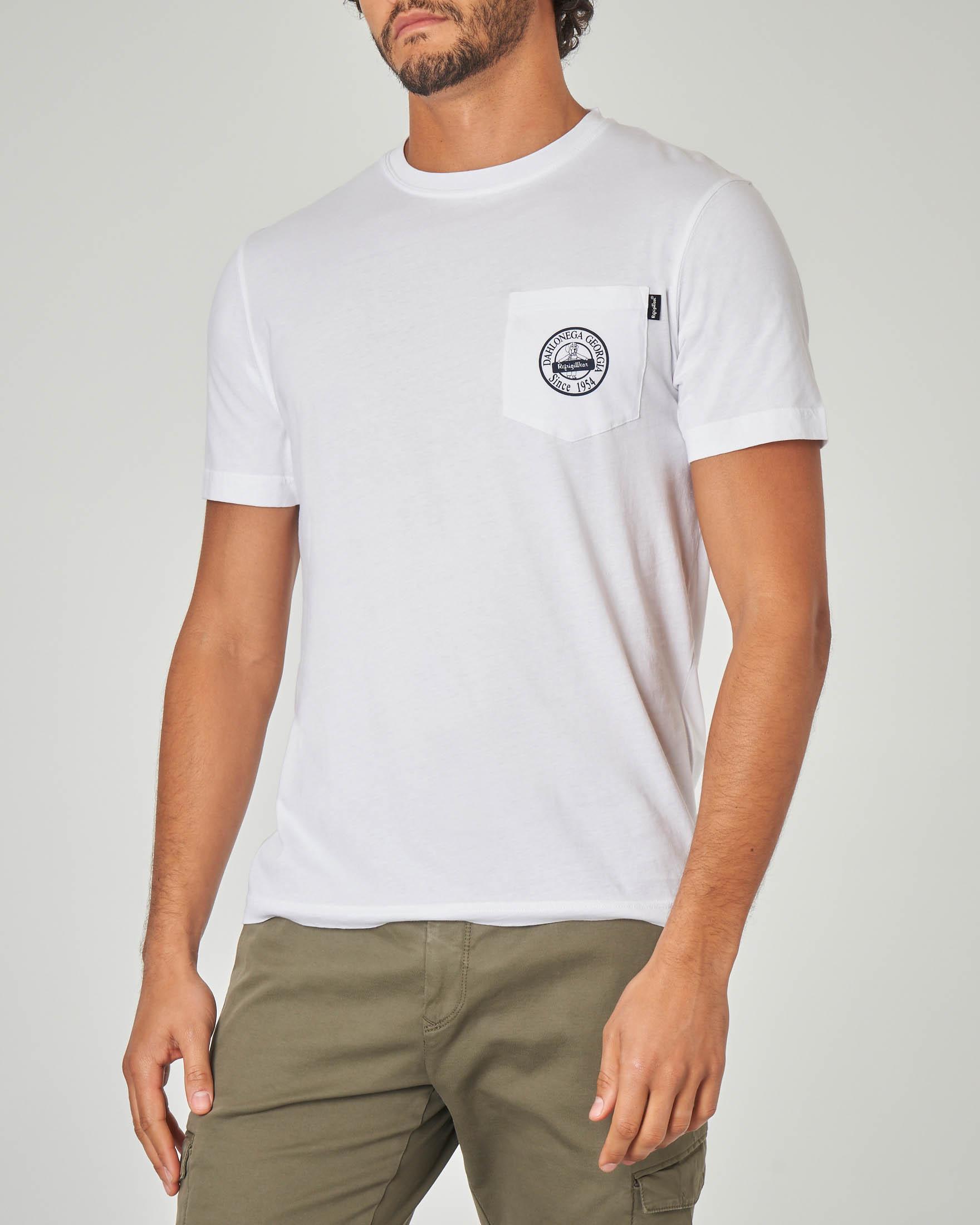 T-shirt bianca con taschino e logo stampato