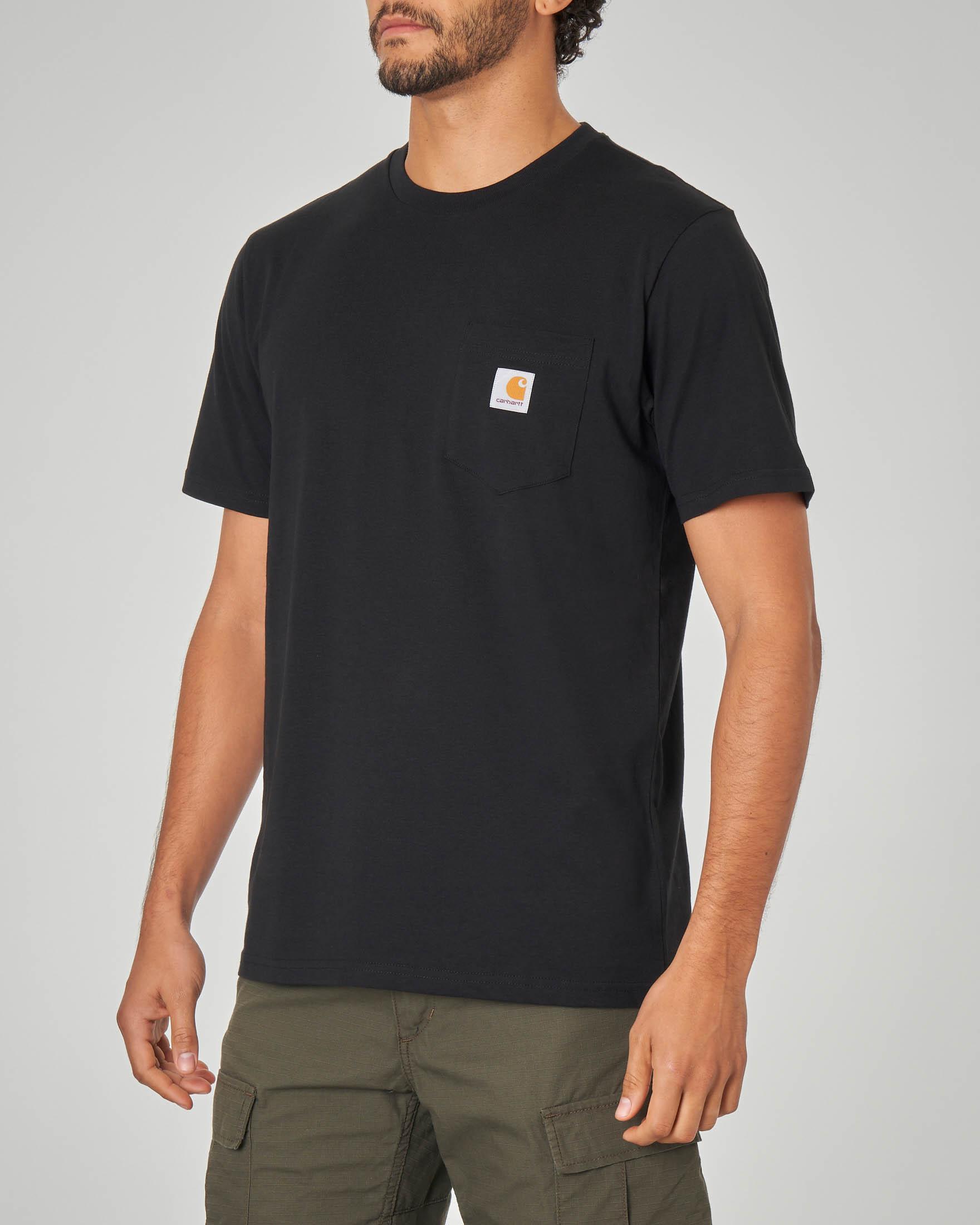 T-shirt nera con taschino