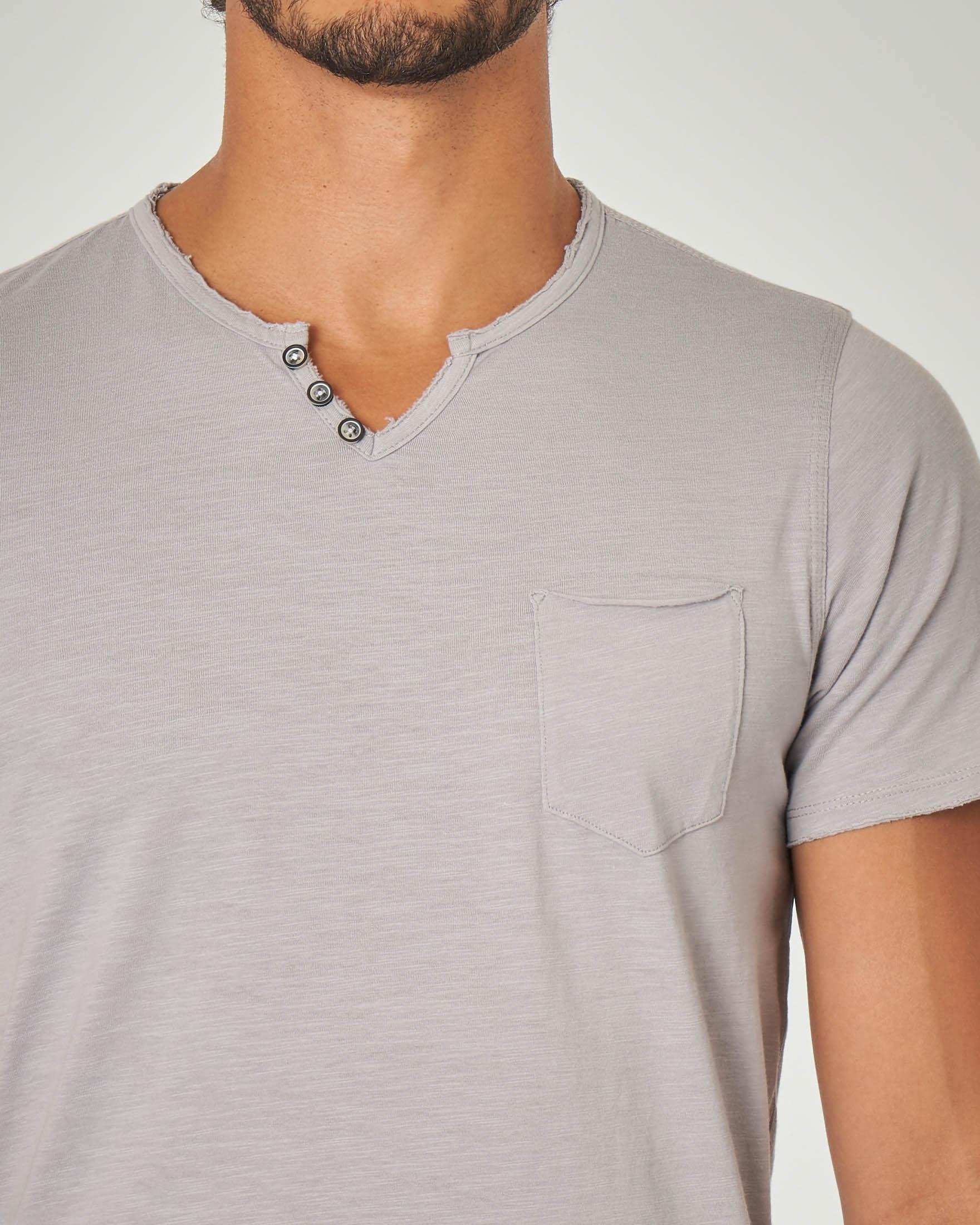 T-shirt grigia serafino con taschino