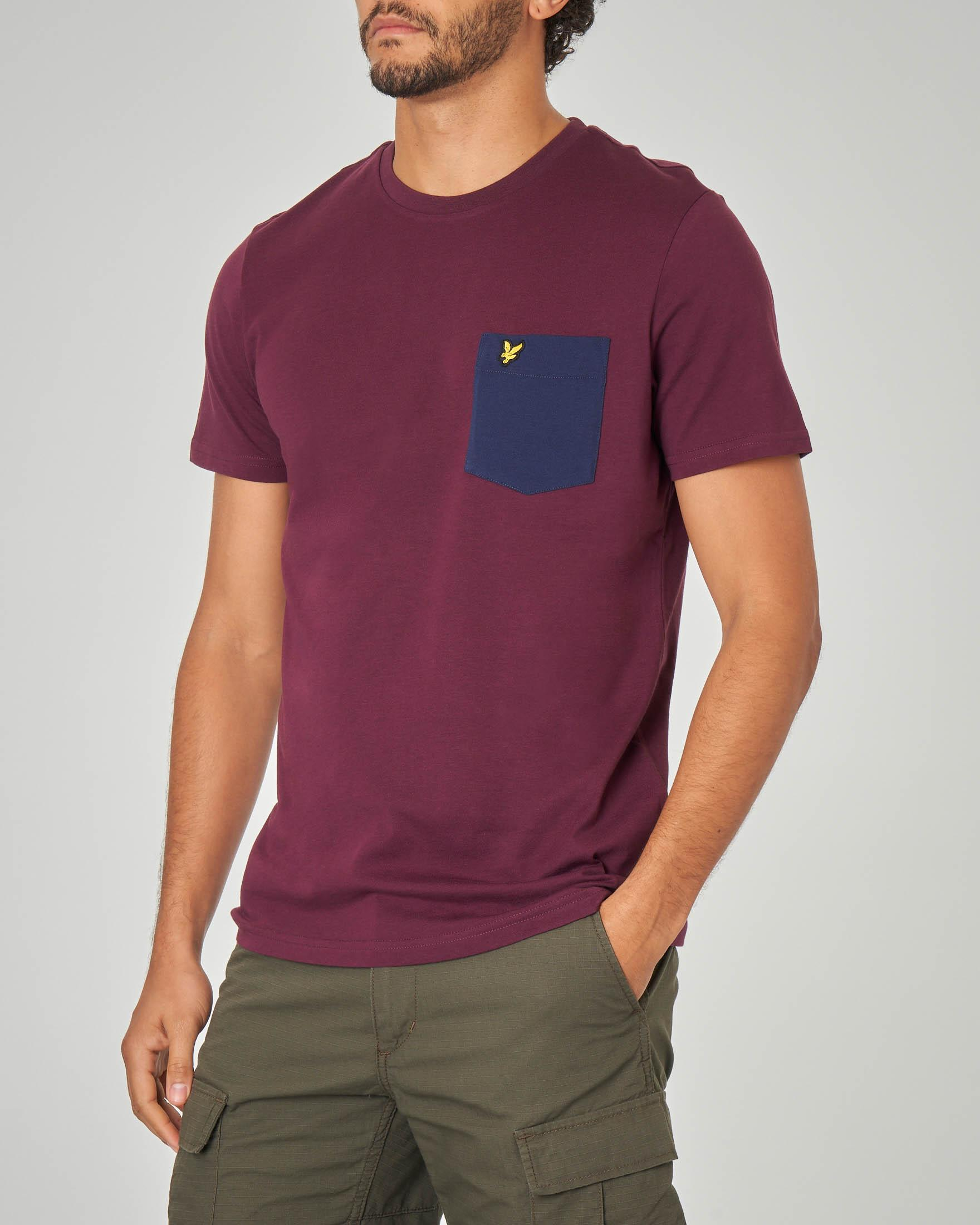T-shirt bordeaux con taschino blu