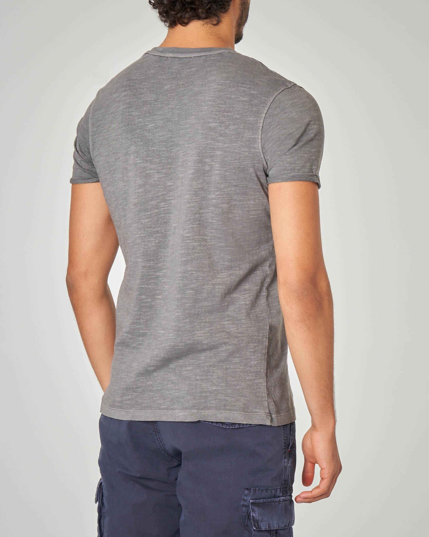 T-shirt grigia con taschino tessuto slub
