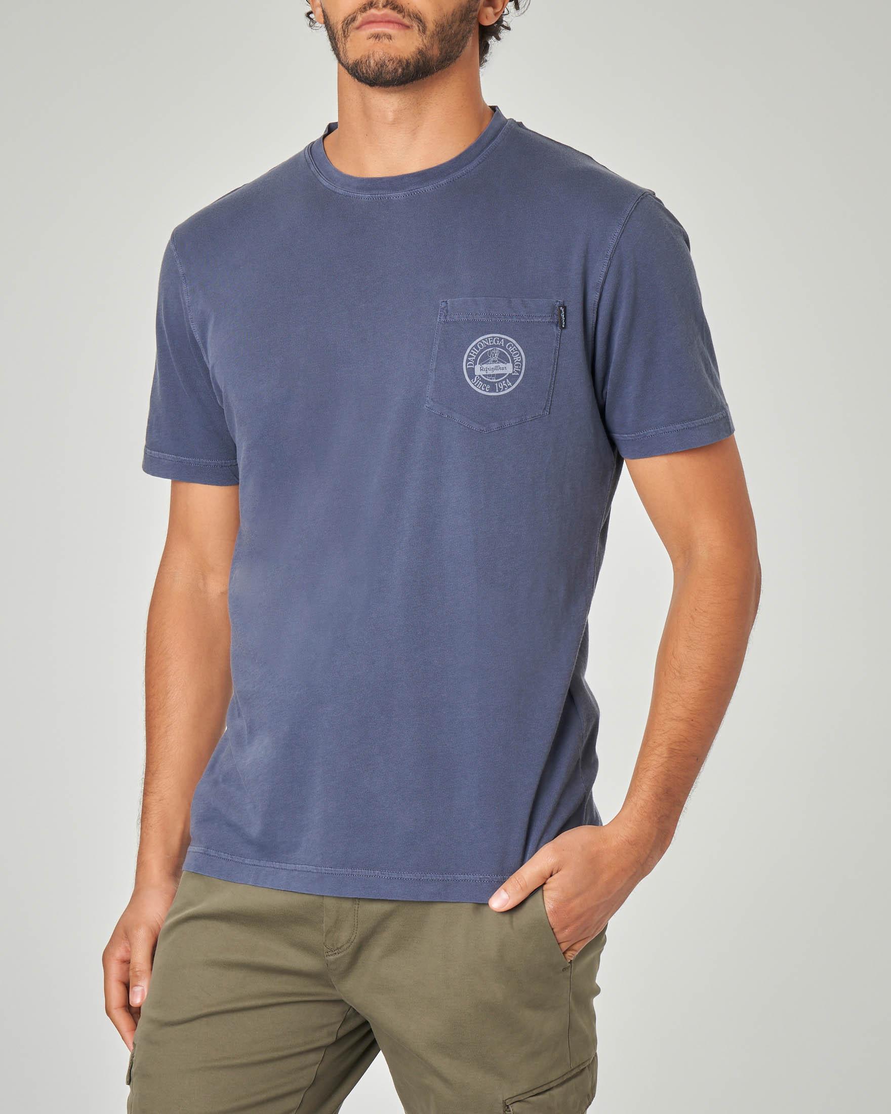 T-shirt blu indaco con taschino e logo stampato