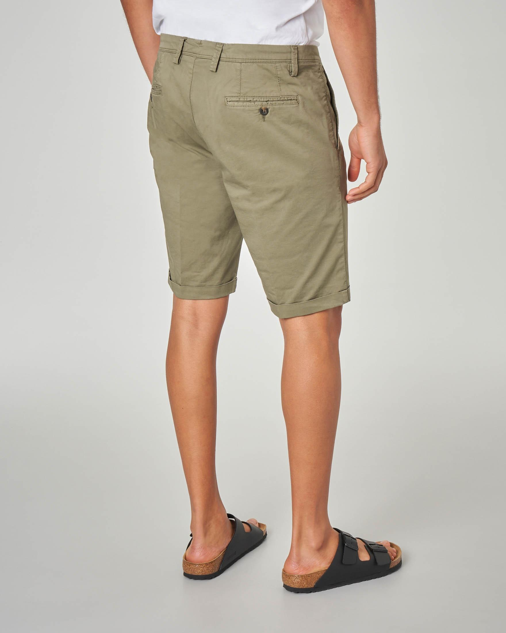 Bermuda chino verde militare in gabardina stretch