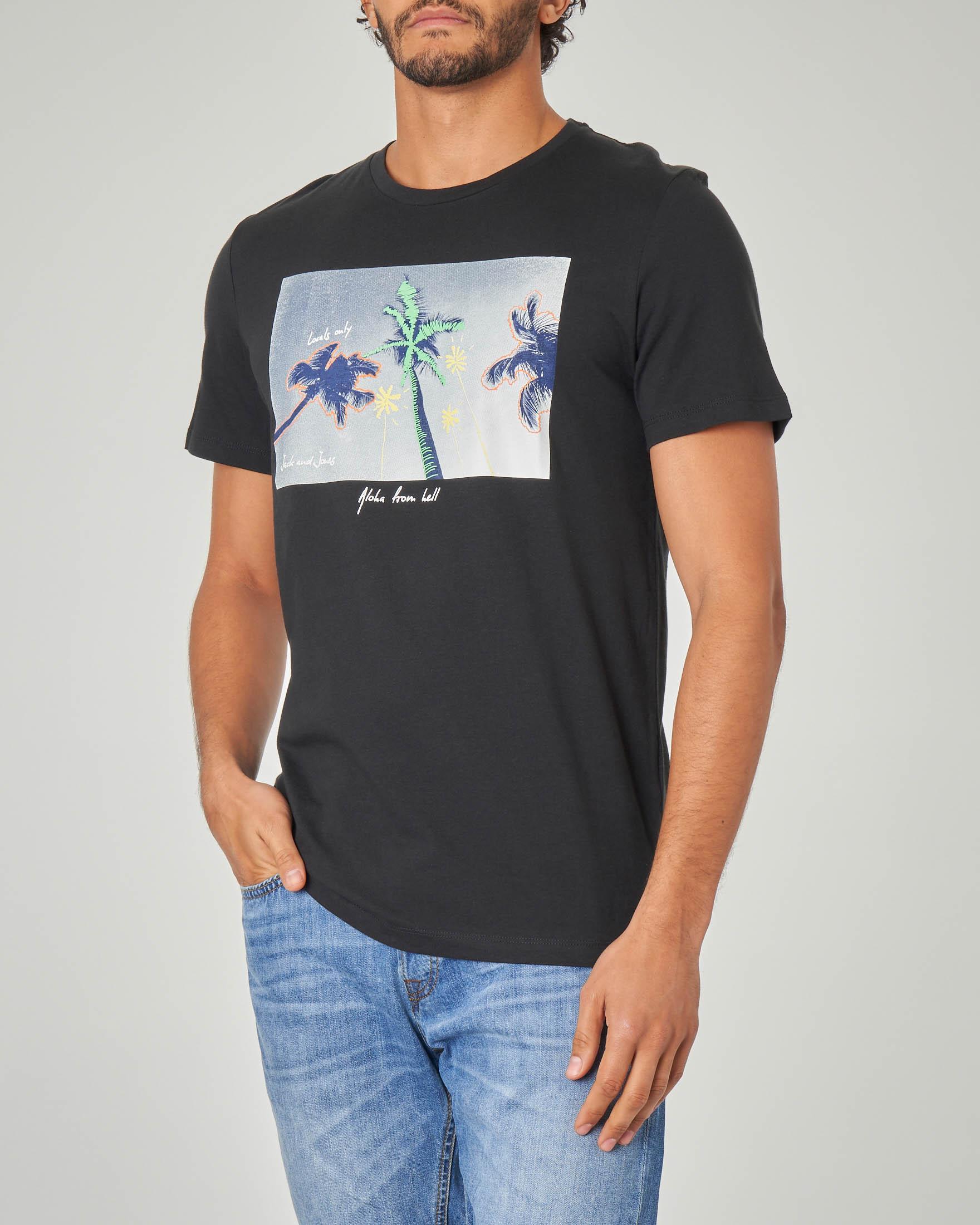 T-shirt nera con stampa grafica