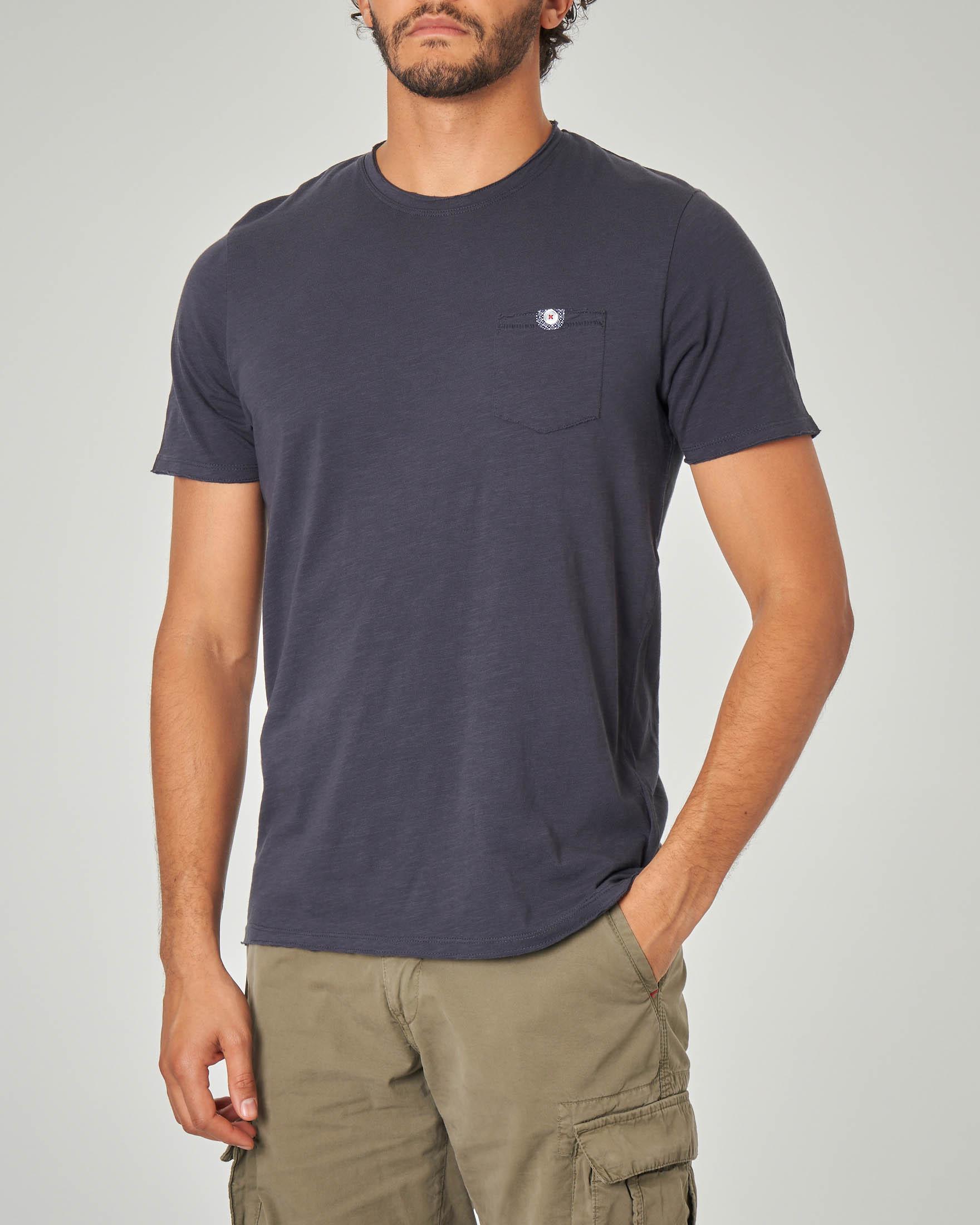 T-shirt blu con taschino e bottoncino