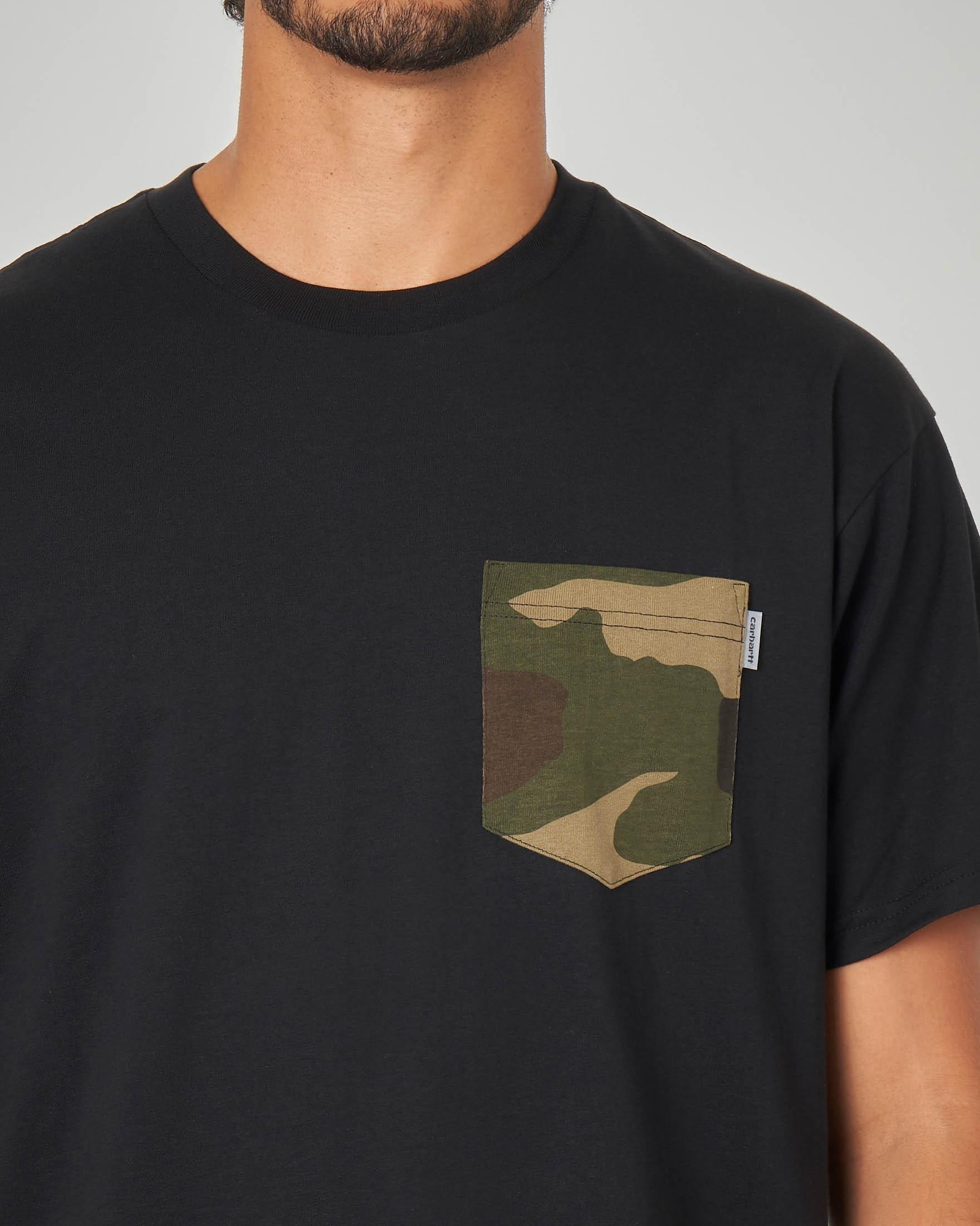 T-shirt nero con taschino camouflage