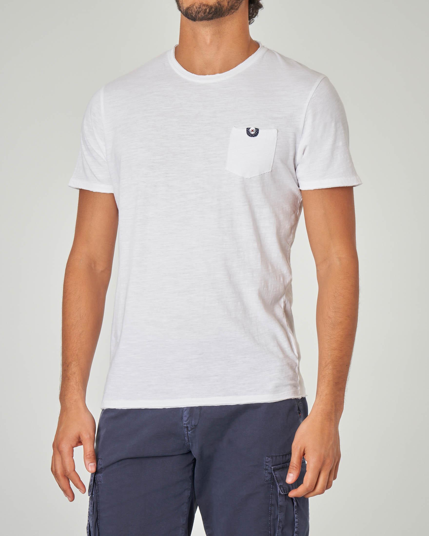 T-shirt bianca con taschino e bottoncino