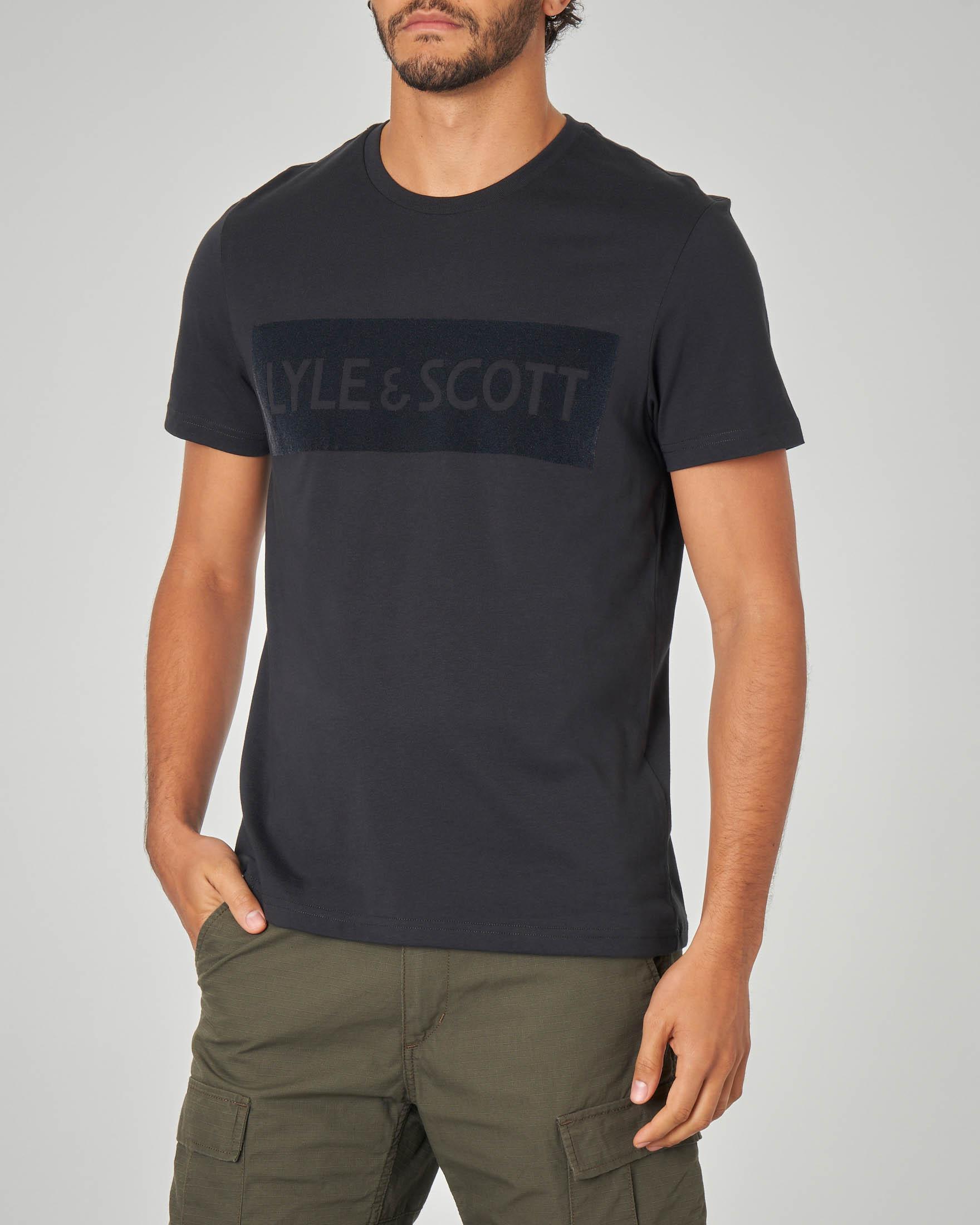 T-shirt nera con logo floccato