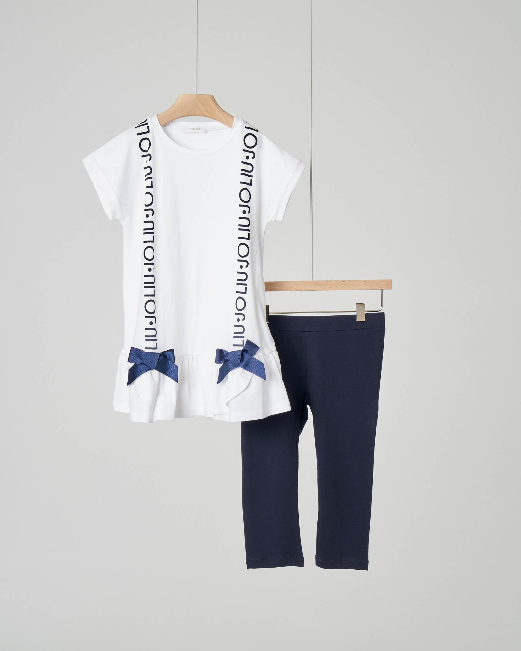 Completo con con leggins blu e t-shirt bianca con balza e scritta logo