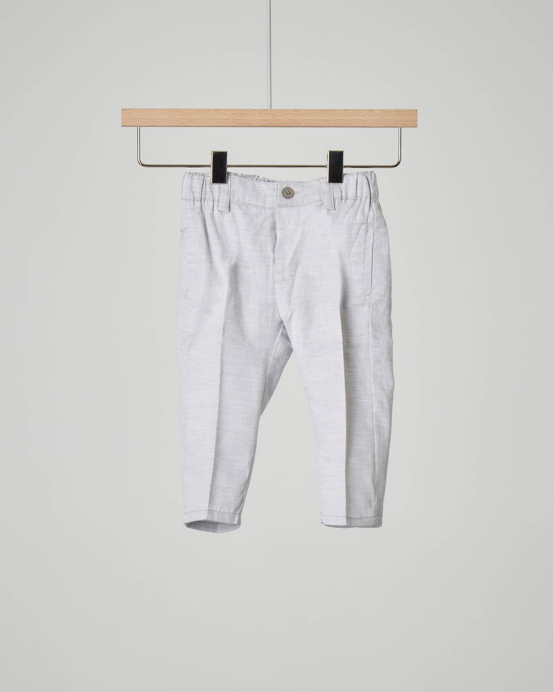 Pantaloni grigi in cotone con piega vista ed elastico inserito in vita