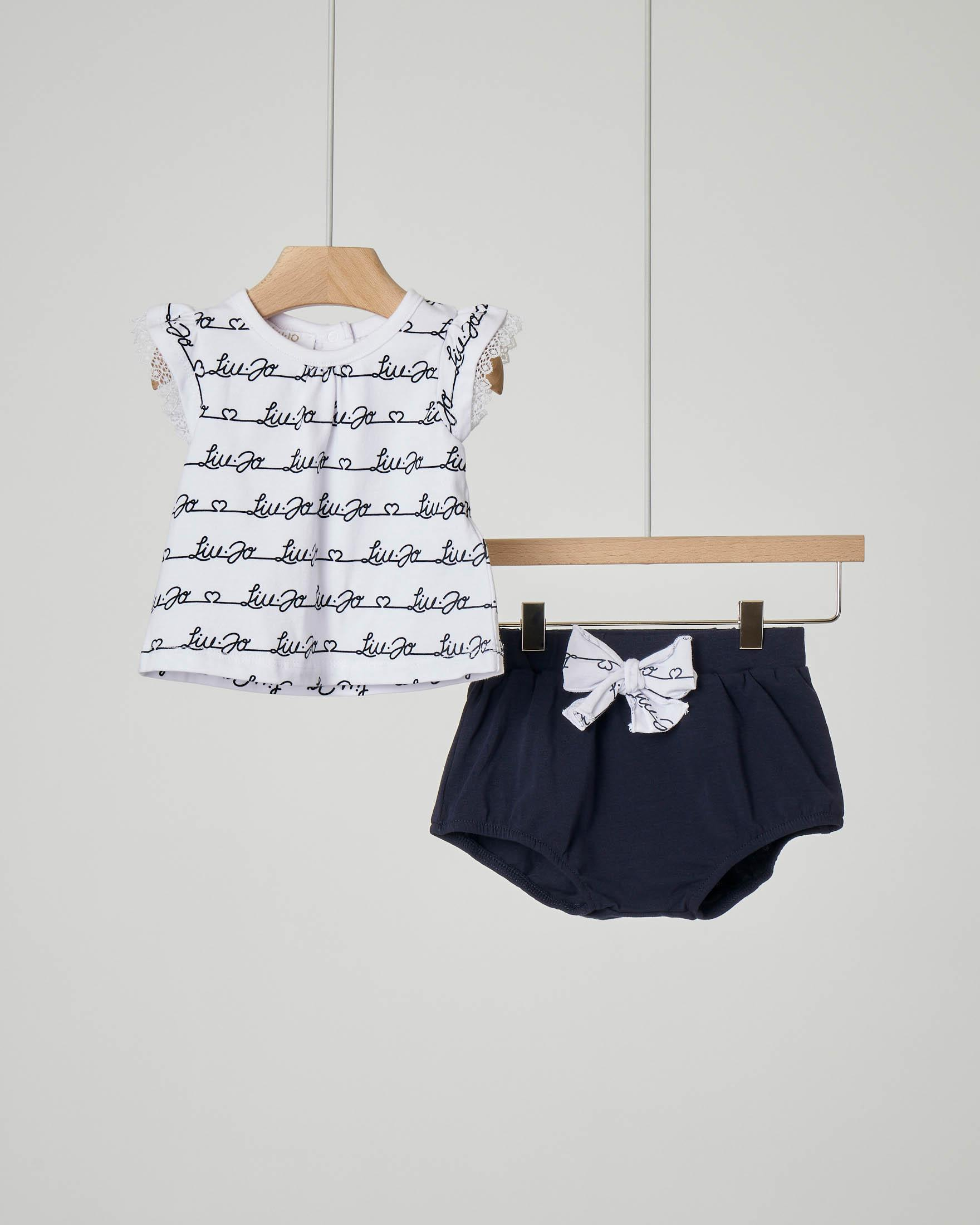 Completo t-shirt con maniche a volant in pizzo e culotte blu con fiocco