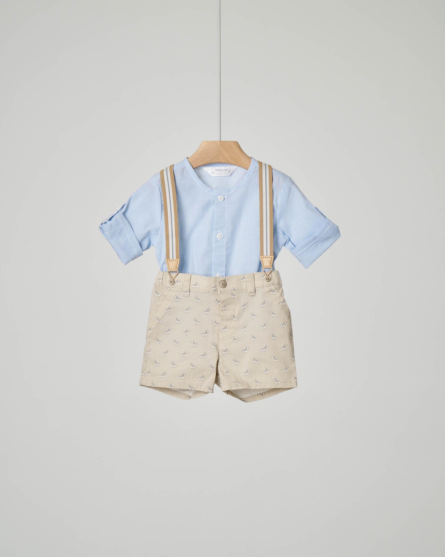 Completo pantaloncino beige con stampa e bretelle con camicia a righe senza colletto