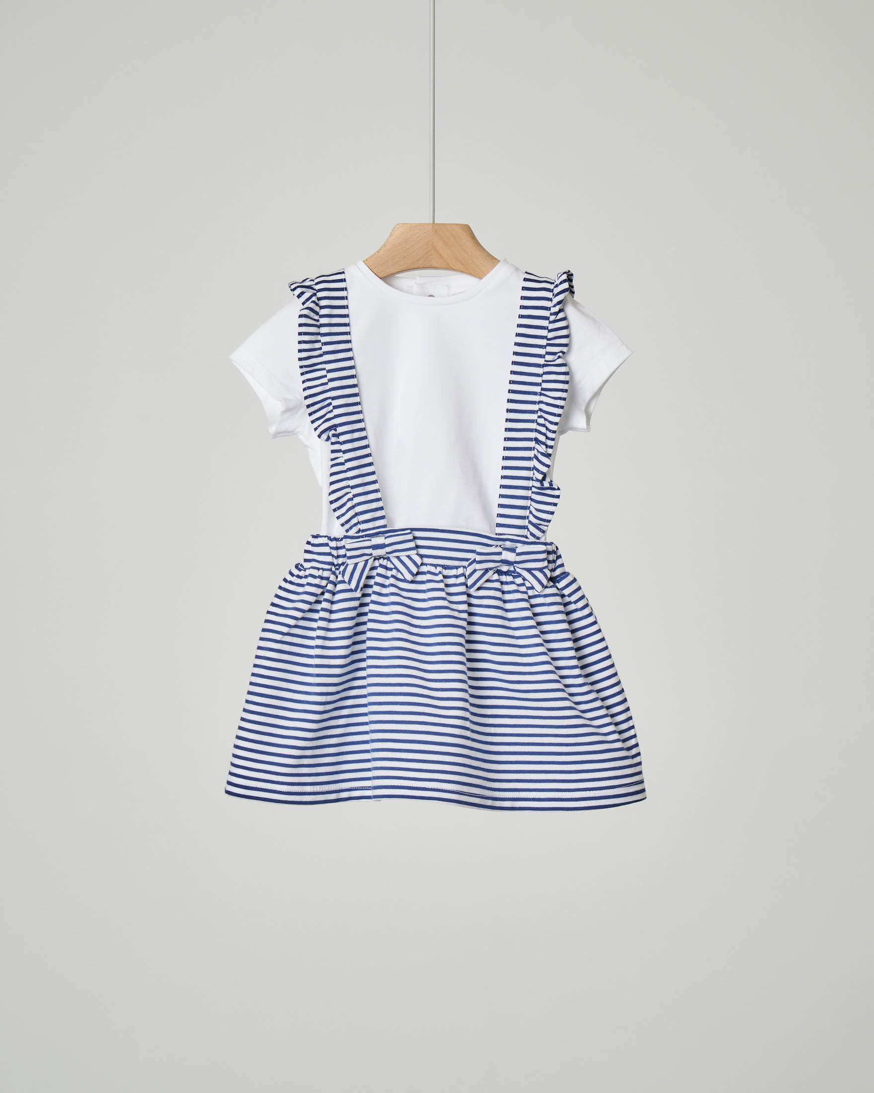 Completo con gonna a righe bianche e blu con spalline con volant e t-shirt bianca