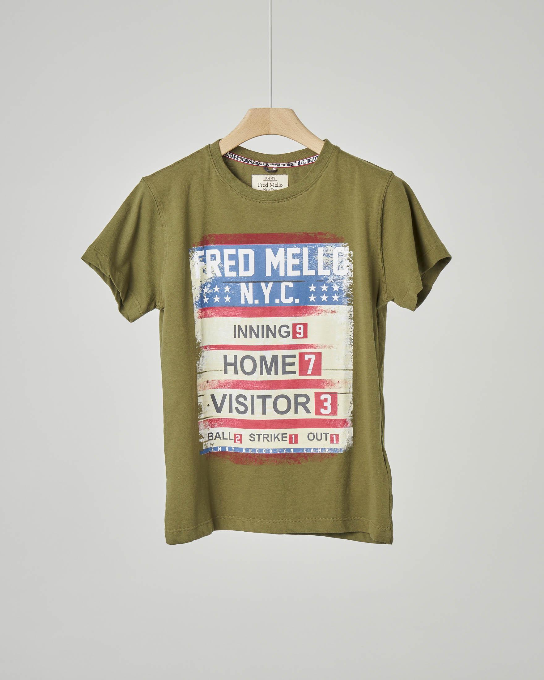 T-shirt verde militare con stampa tabellone baseball