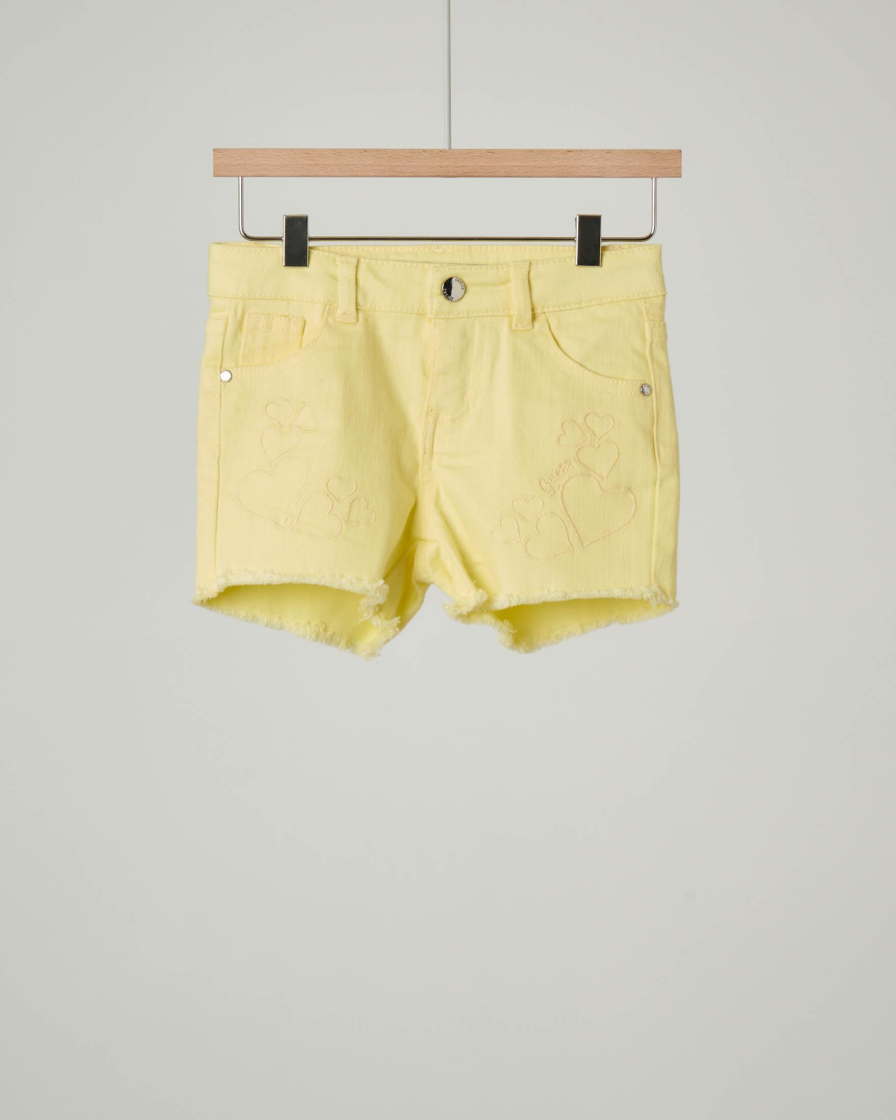 Shorts giallo con ricami cuore