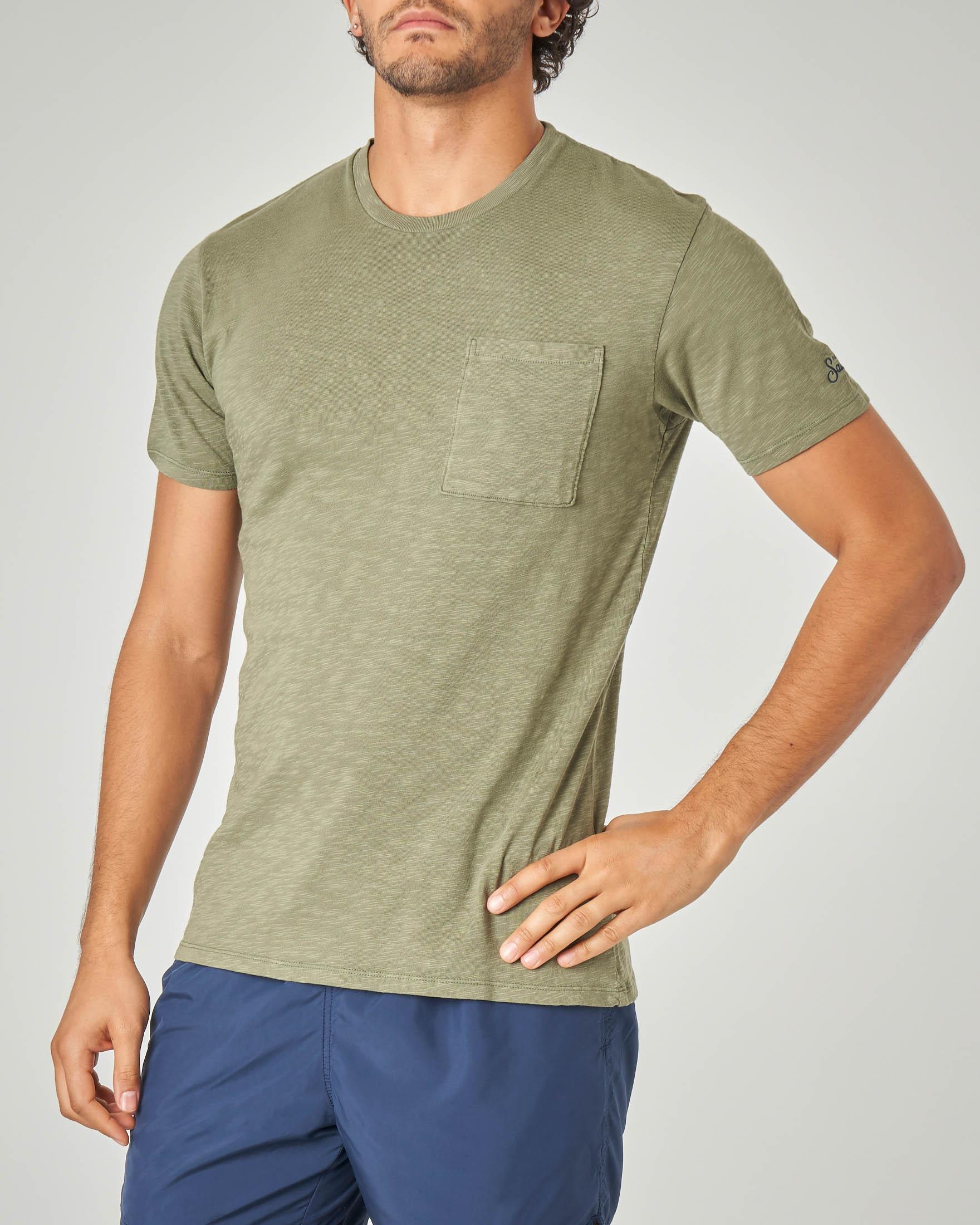 T-shirt verde militare con taschino