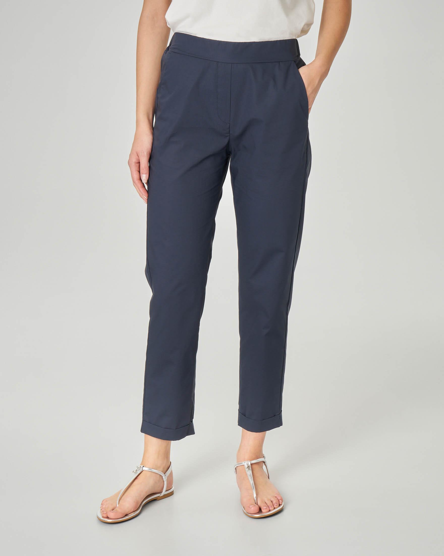 Pantaloni straight blu in cotone con risvolto alla caviglia e elastico in vita