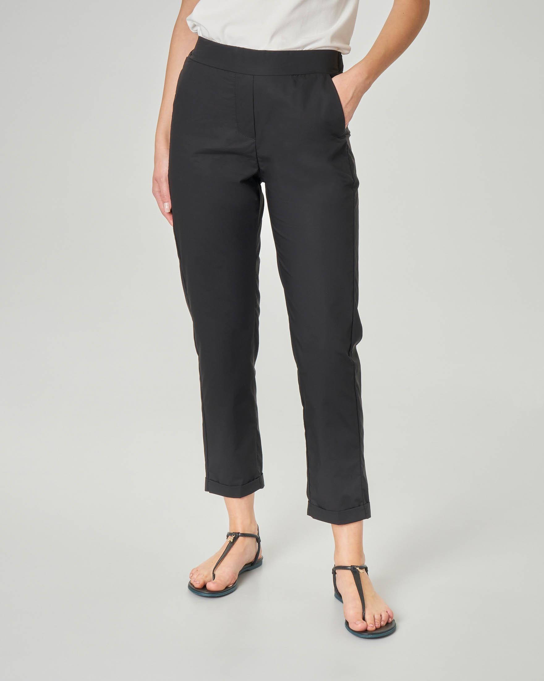 Pantaloni straight neri in cotone con risvolto alla caviglia e elastico in vita