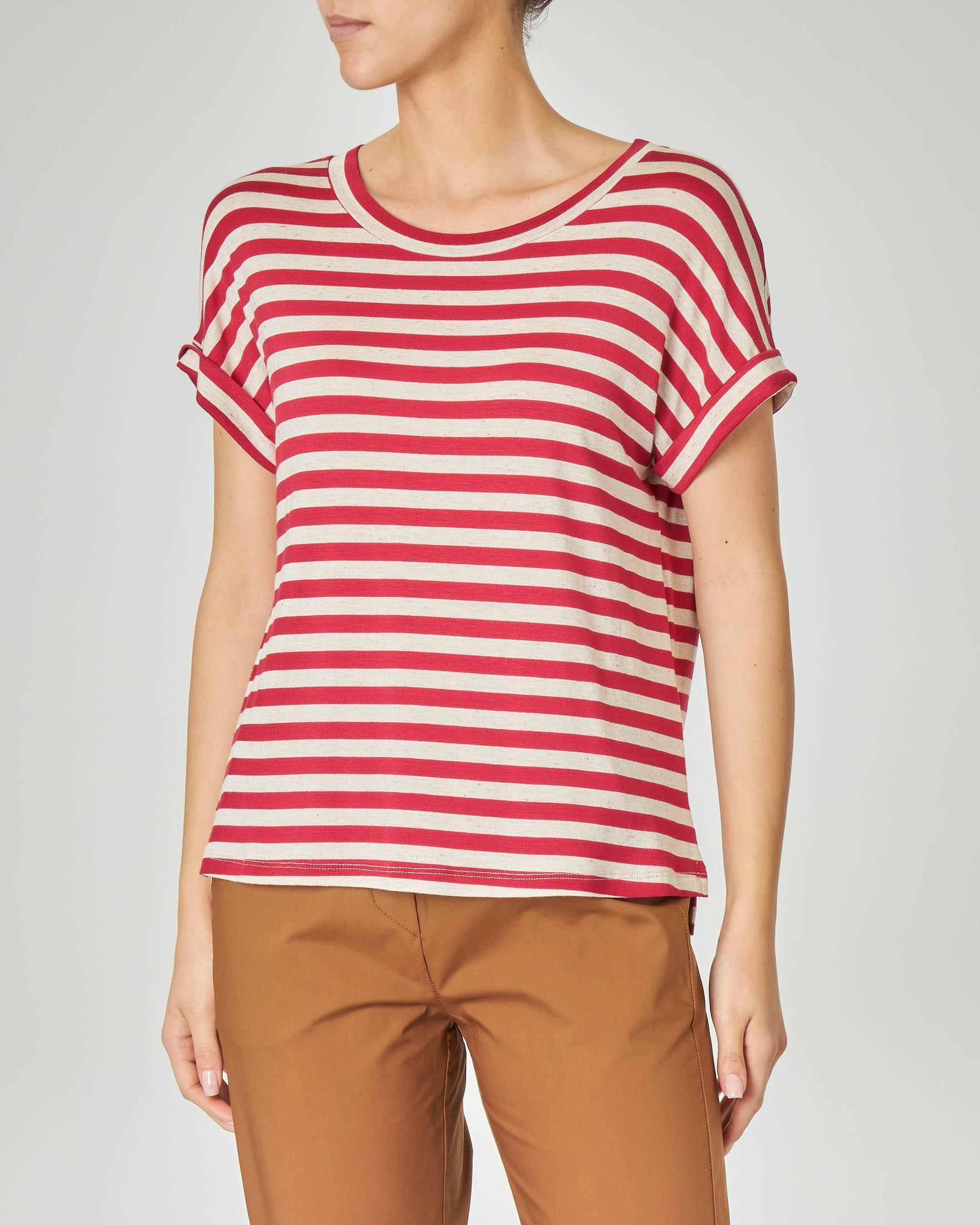 T-shirt a righe beige e rosse in viscosa misto lino con risvolto sulle maniche corte