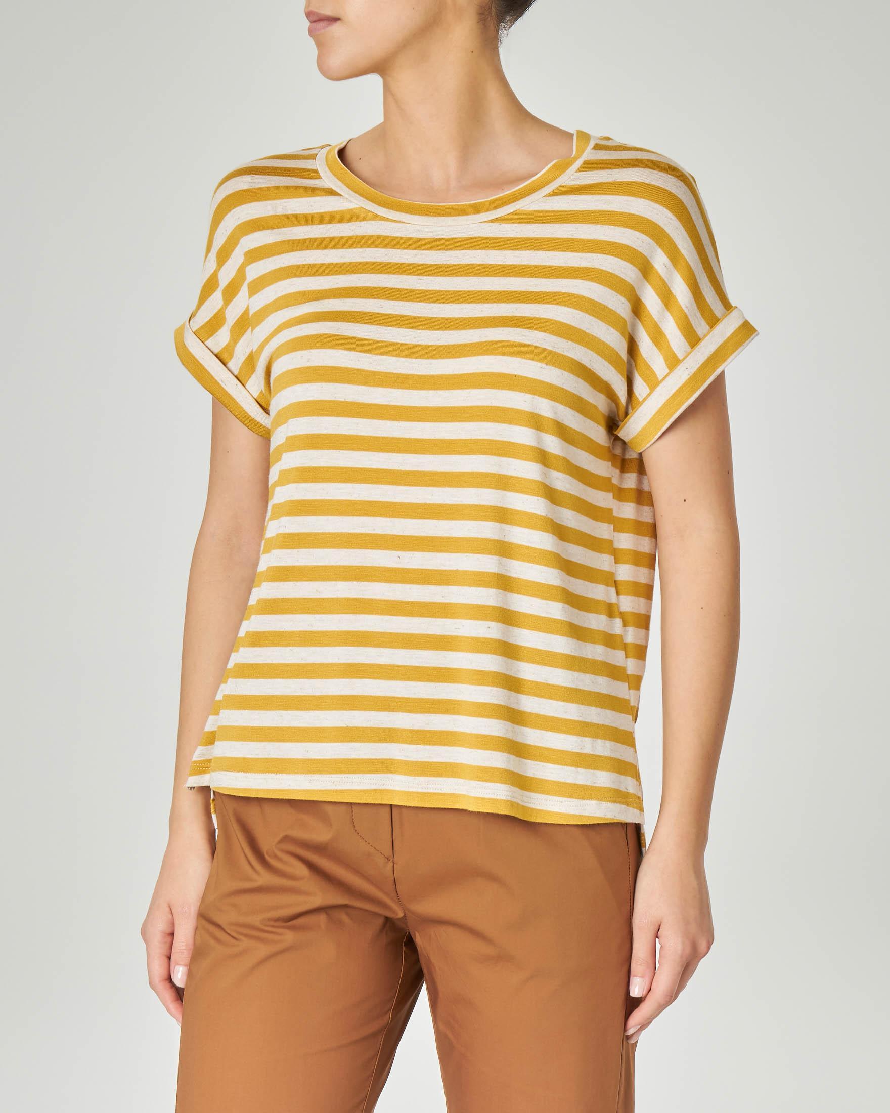 T-shirt a righe beige e gialle in viscosa misto lino con risvolto sulle maniche corte
