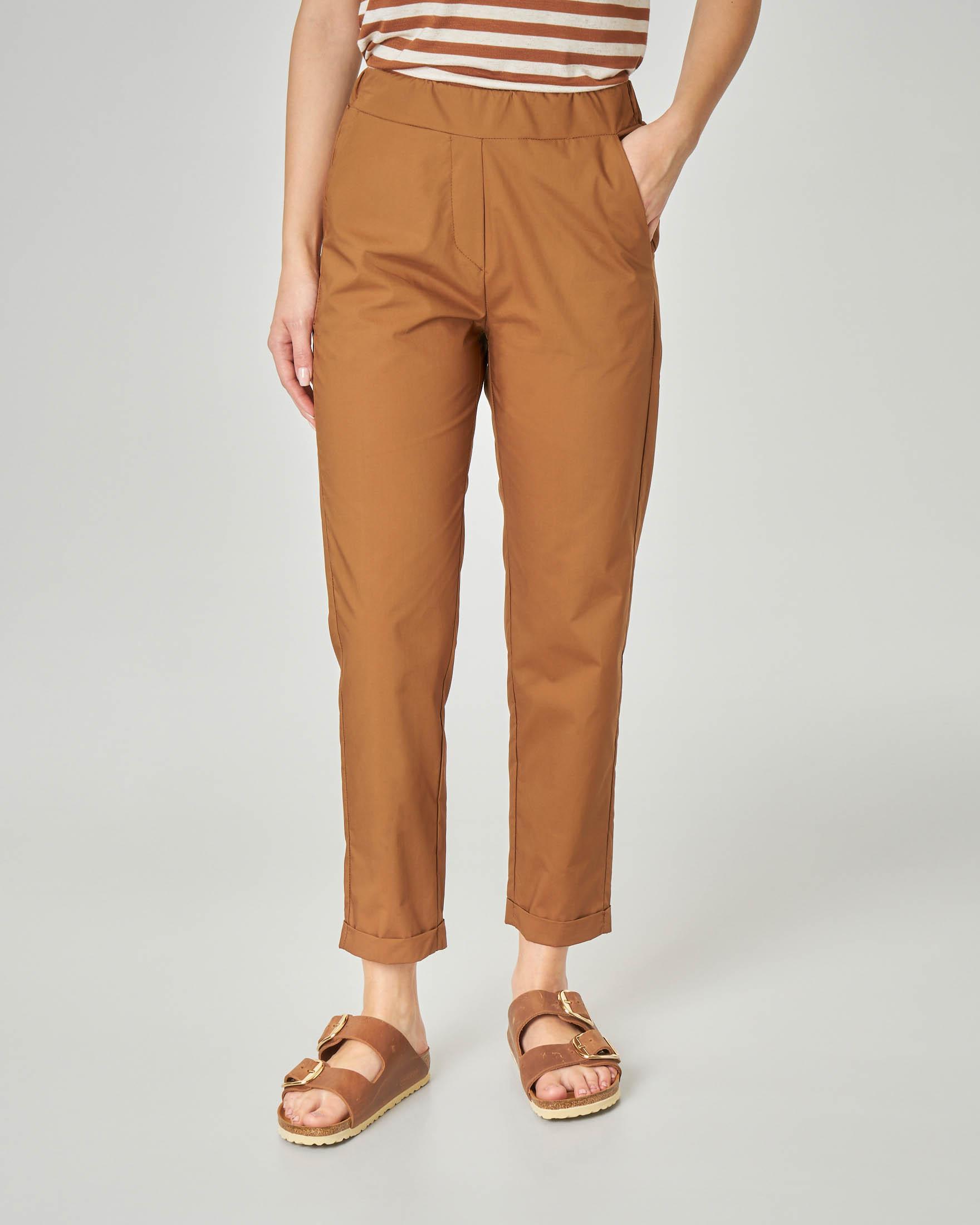 Pantaloni straight in cotone color tabacco con risvolto alla caviglia e elastico in vita
