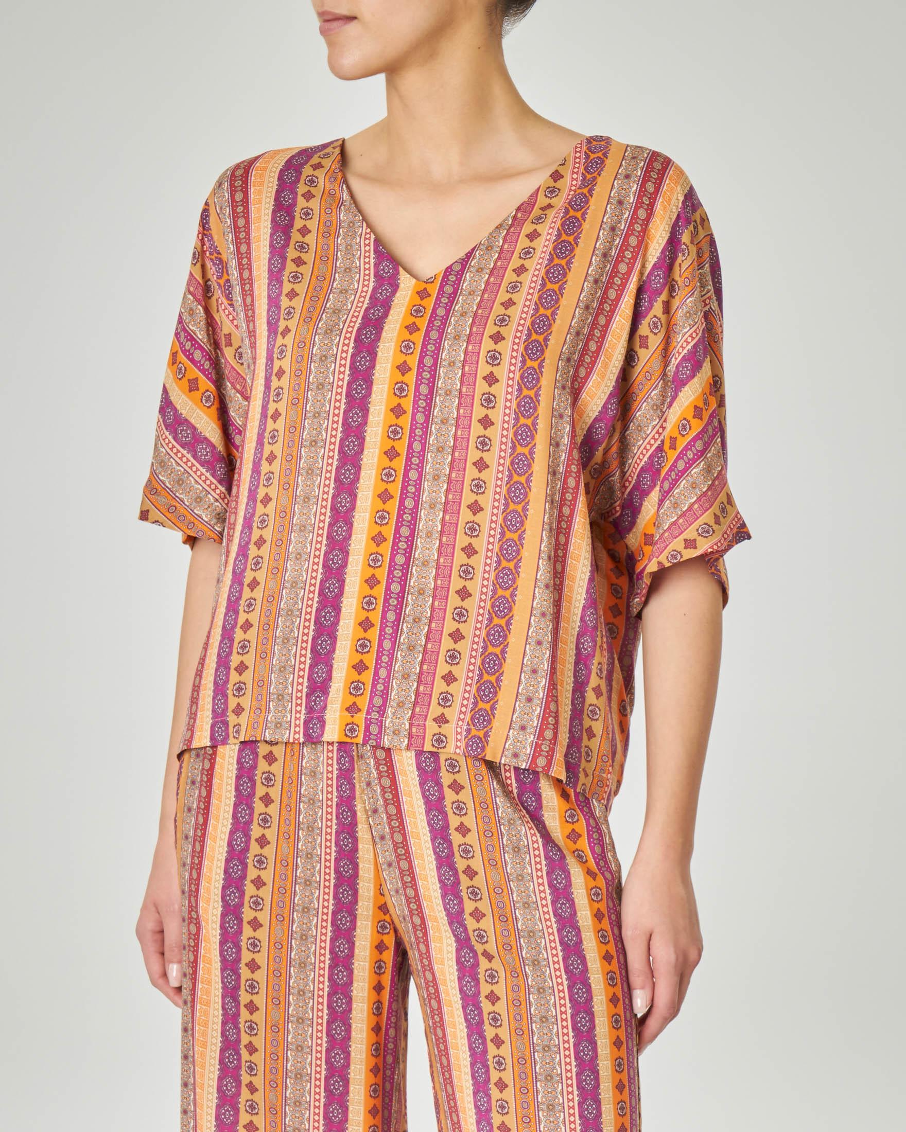 Blusa in viscosa con scollo a V e maniche a kimono disegni stile India arancioni e bordeaux