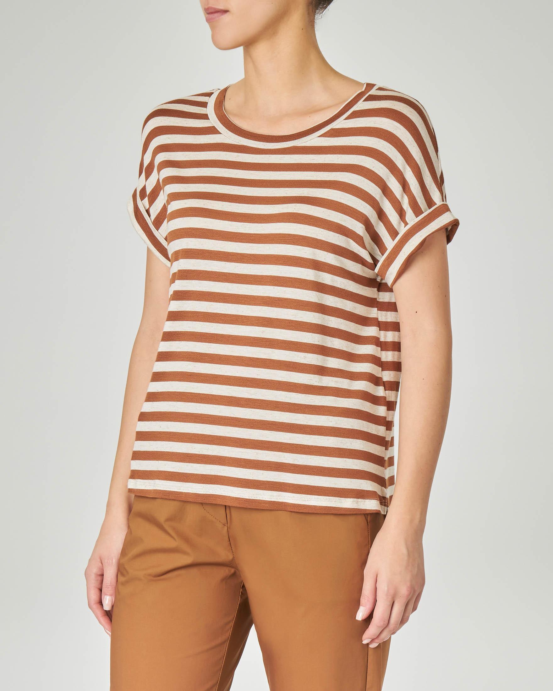 T-shirt a righe beige e tabacco in viscosa misto lino con risvolto sulle maniche corte