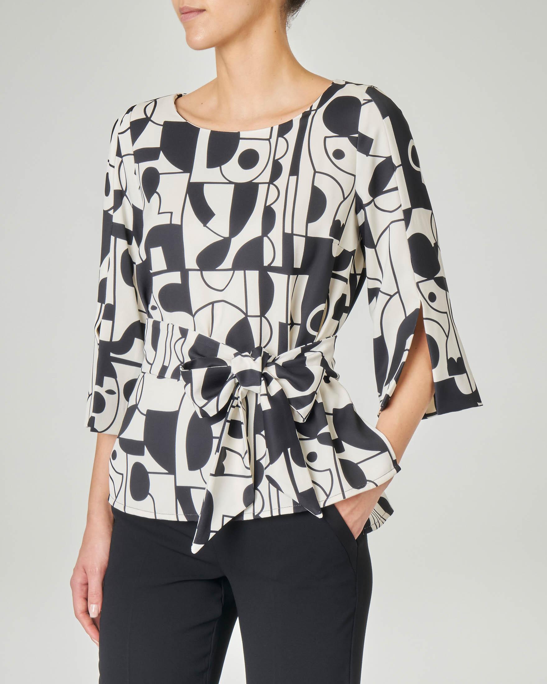 Blusa girocollo LW x ART. 365 in crêpe a fantasia geometrica in bianco e nero con maniche tre quarti