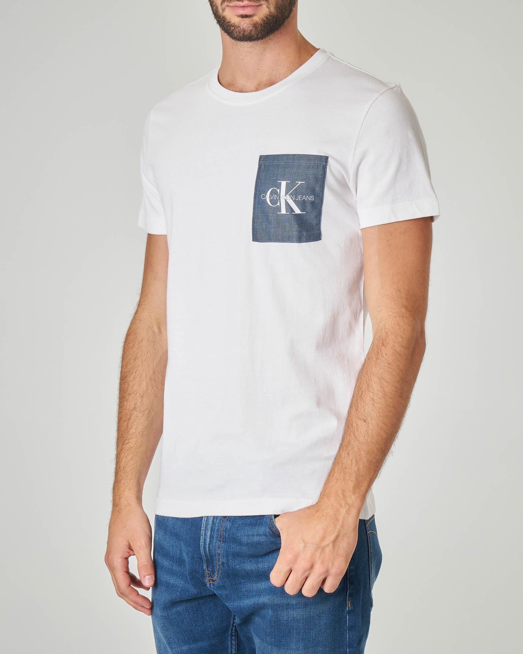 T-shirt bianca con taschino chambray e monogramma originale