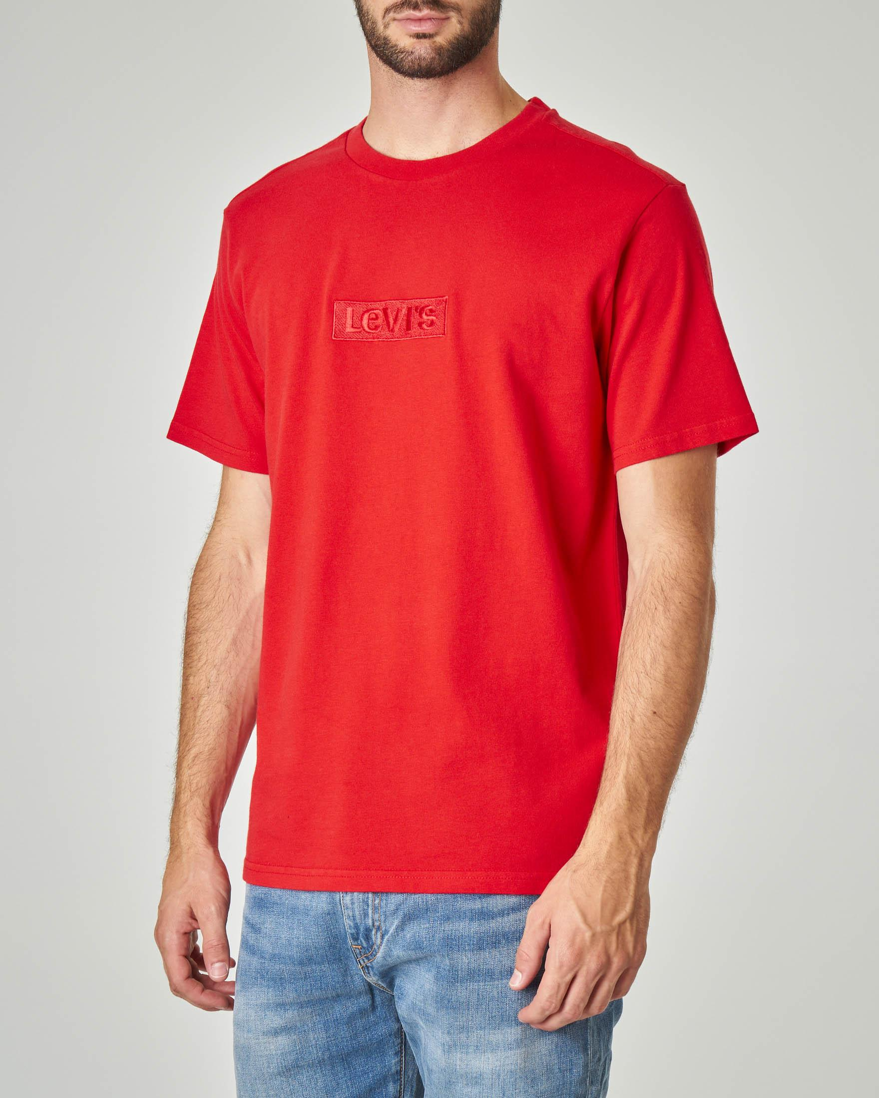 T-shirt rossa con logo ricamato tono su tono