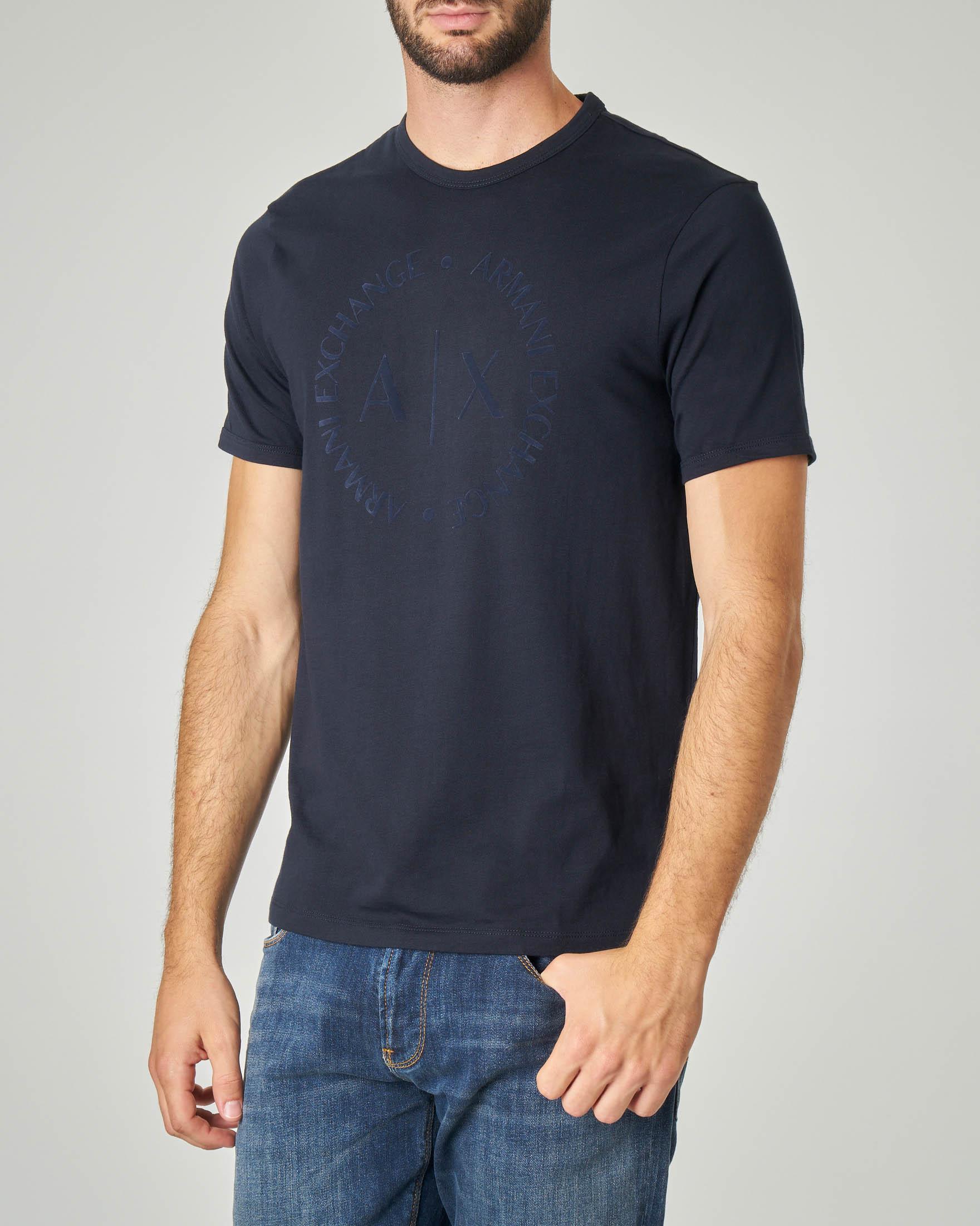 T-shirt blu con logo in rilievo sul petto