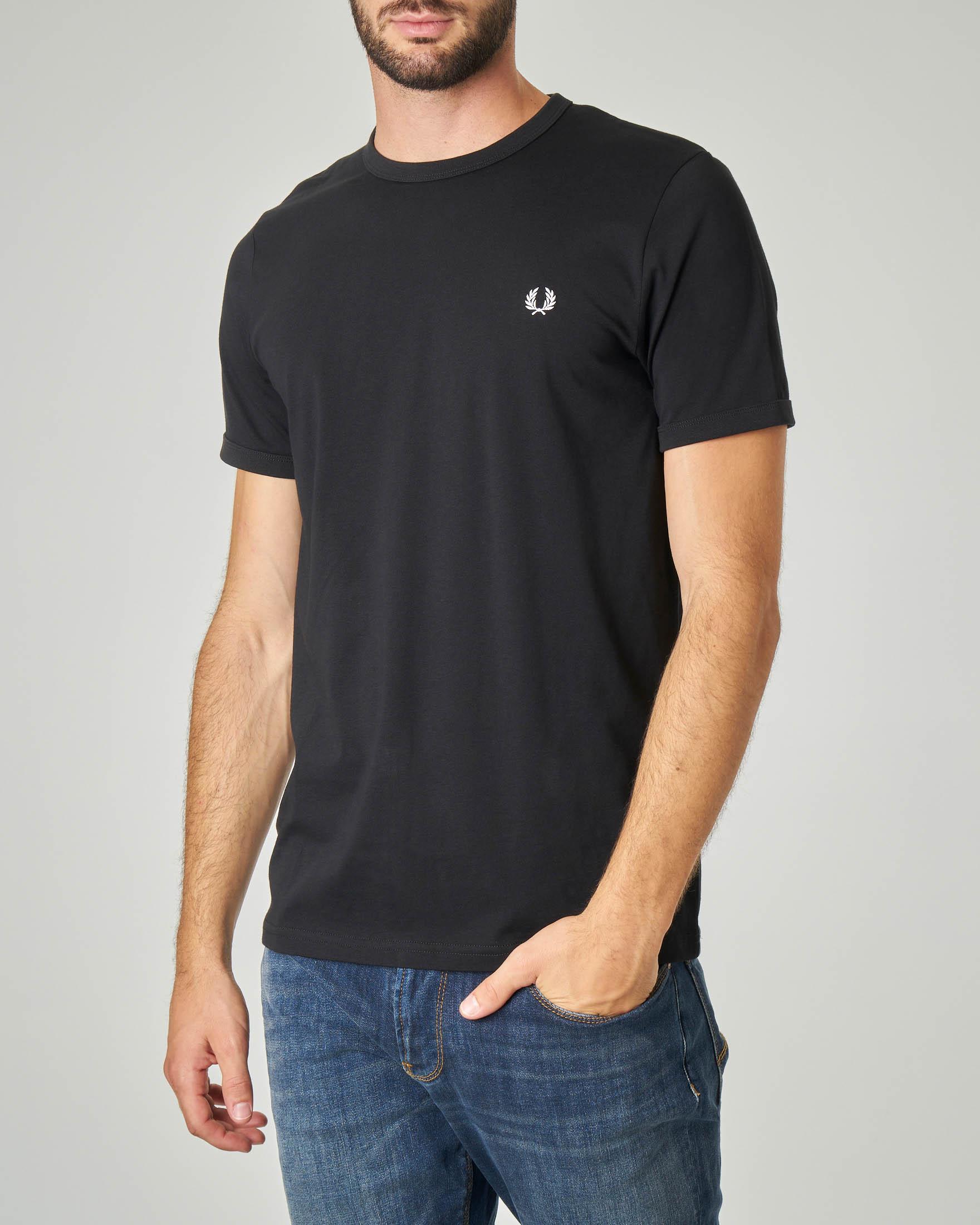 T-shirt nera con logo piccolo ricamato