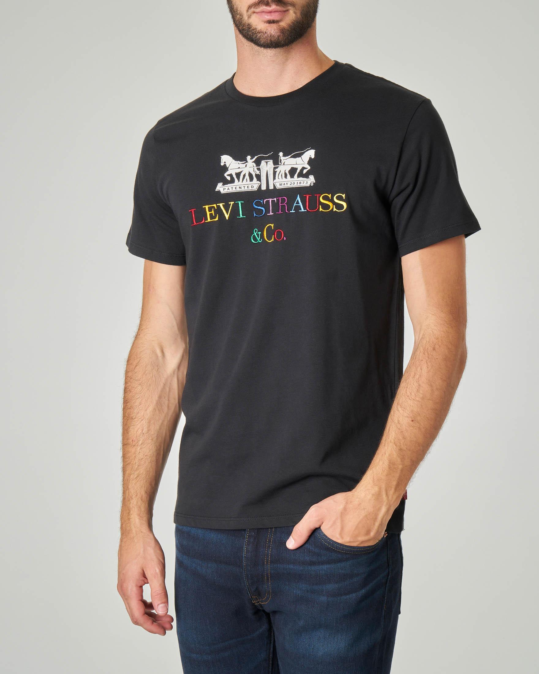 T-shirt nera con logo anni '90 multicolor