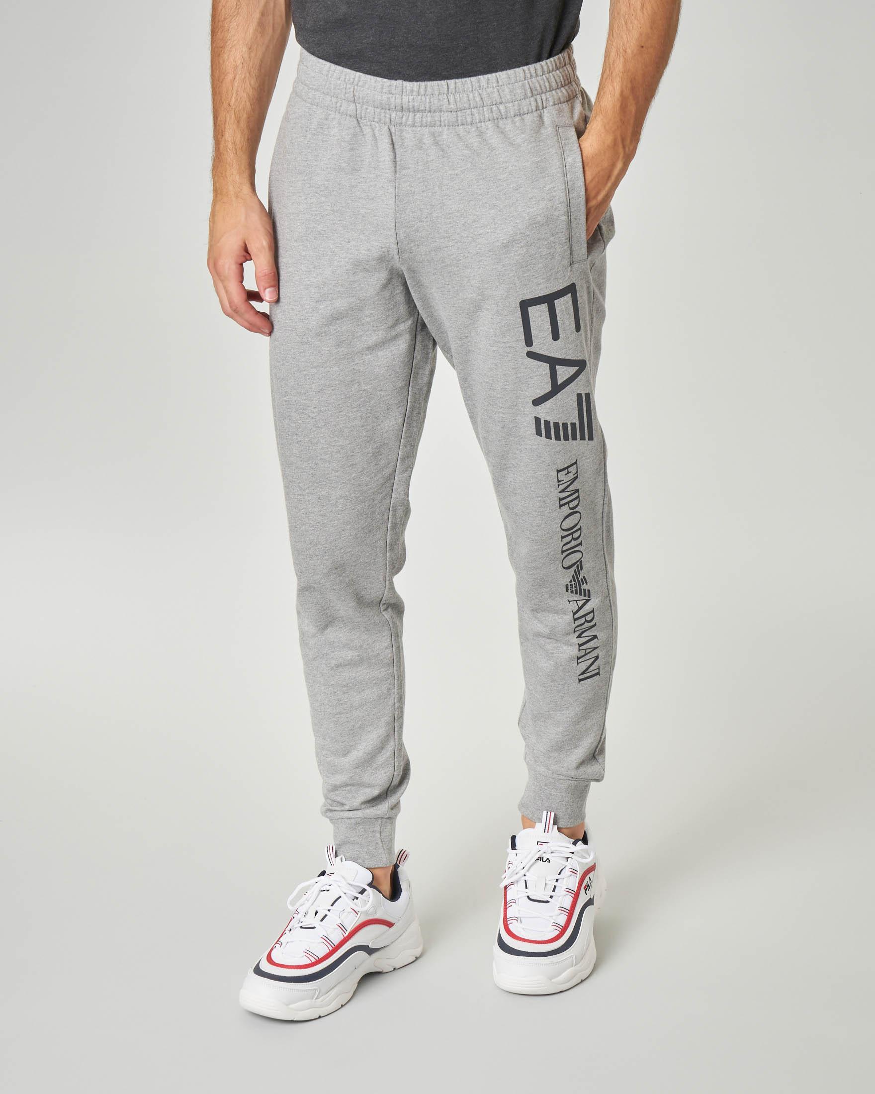Pantalone in felpa grigio chiaro con logo grande sulla gamba e taschino