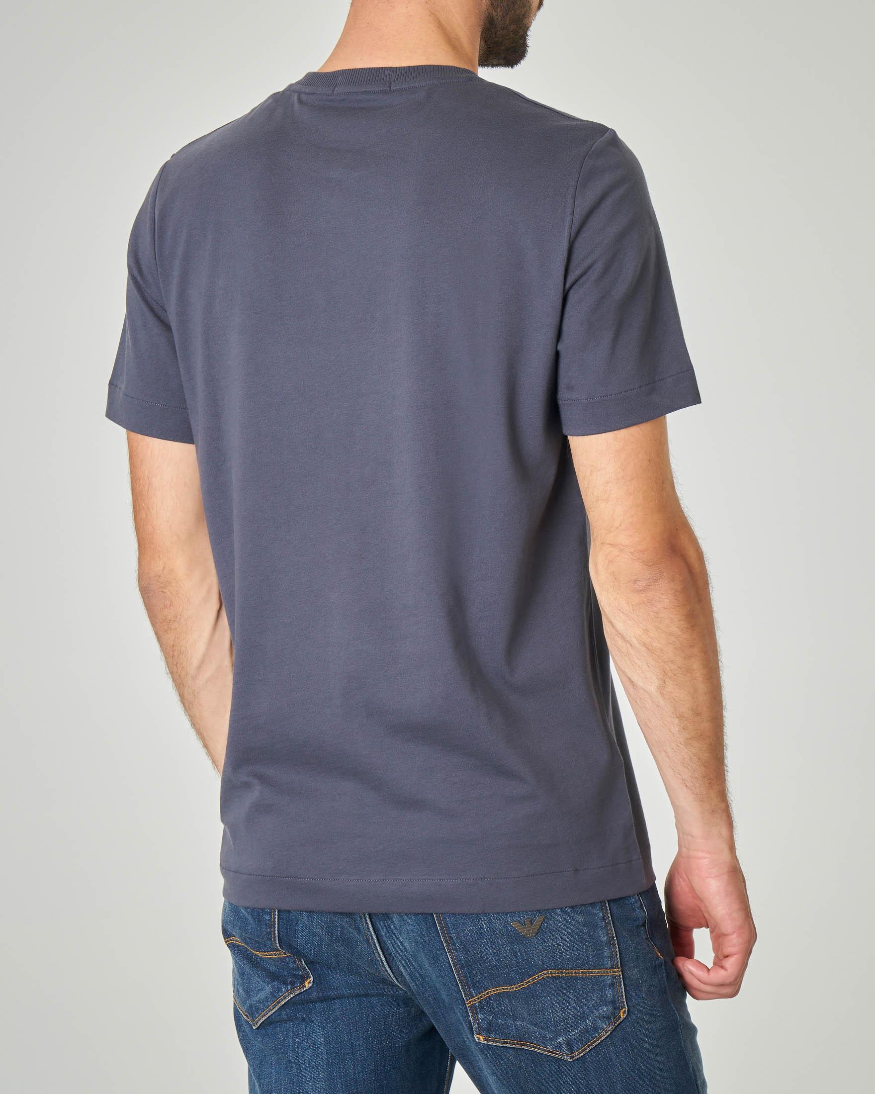 T-shirt blu con patch nero e logo stampato