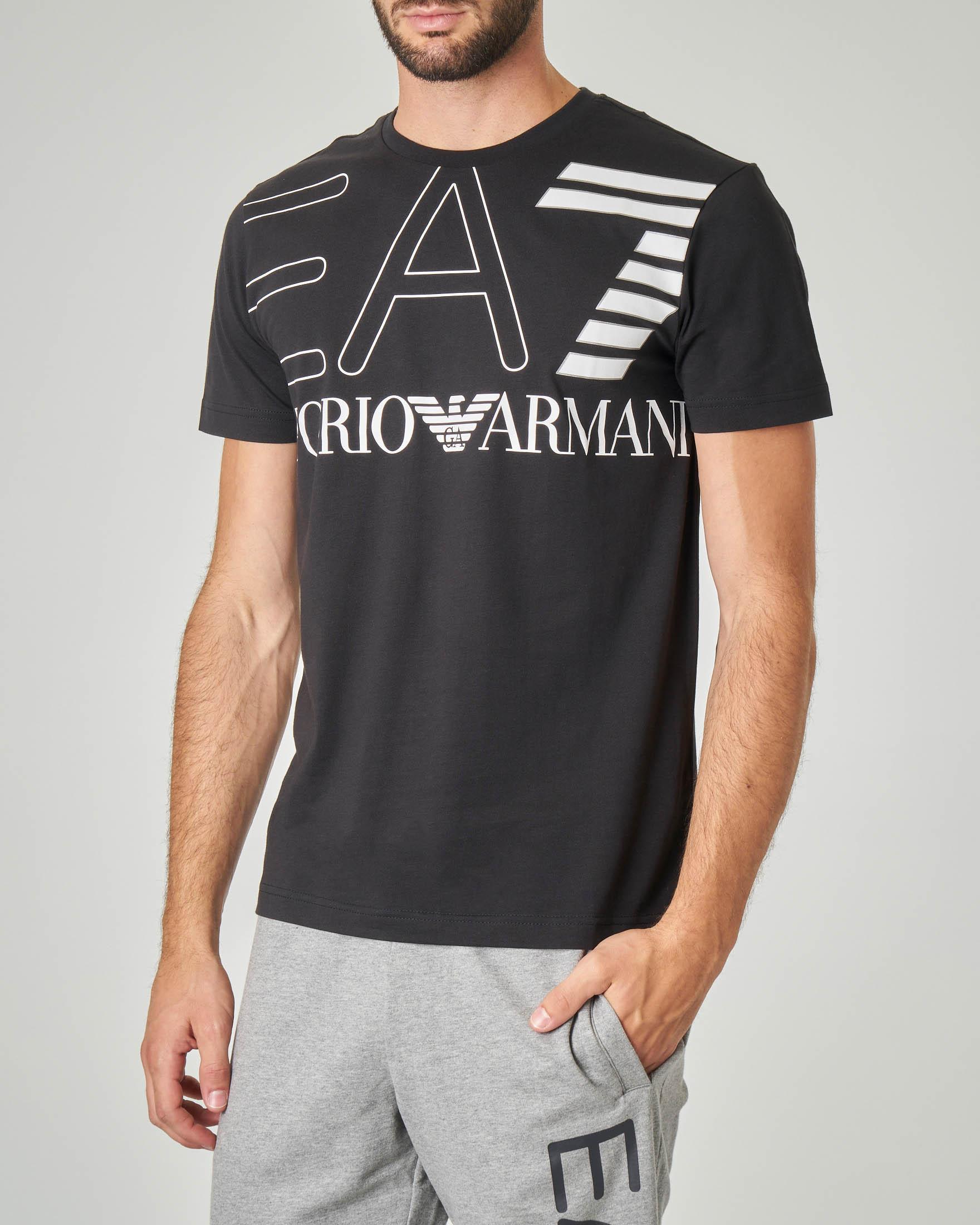 T-shirt nera con logo EA7 grande su petto e spalle