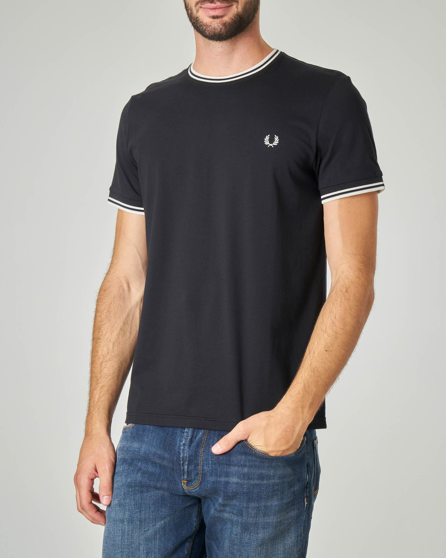 T-shirt nera con bordini e logo