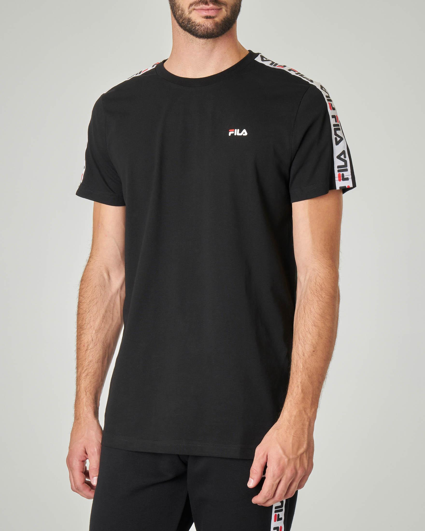 T-shirt nera con banda logata sulle maniche