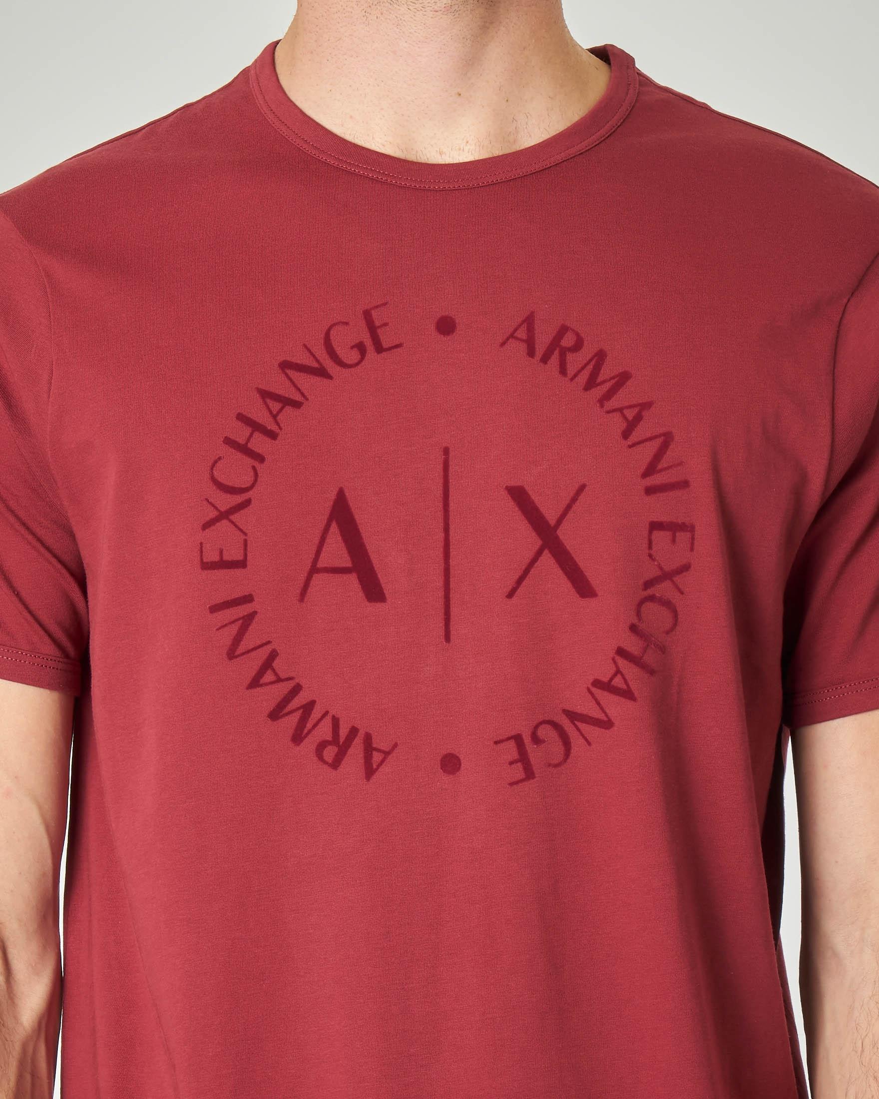 T-shirt bordeaux con logo in rilievo sul petto