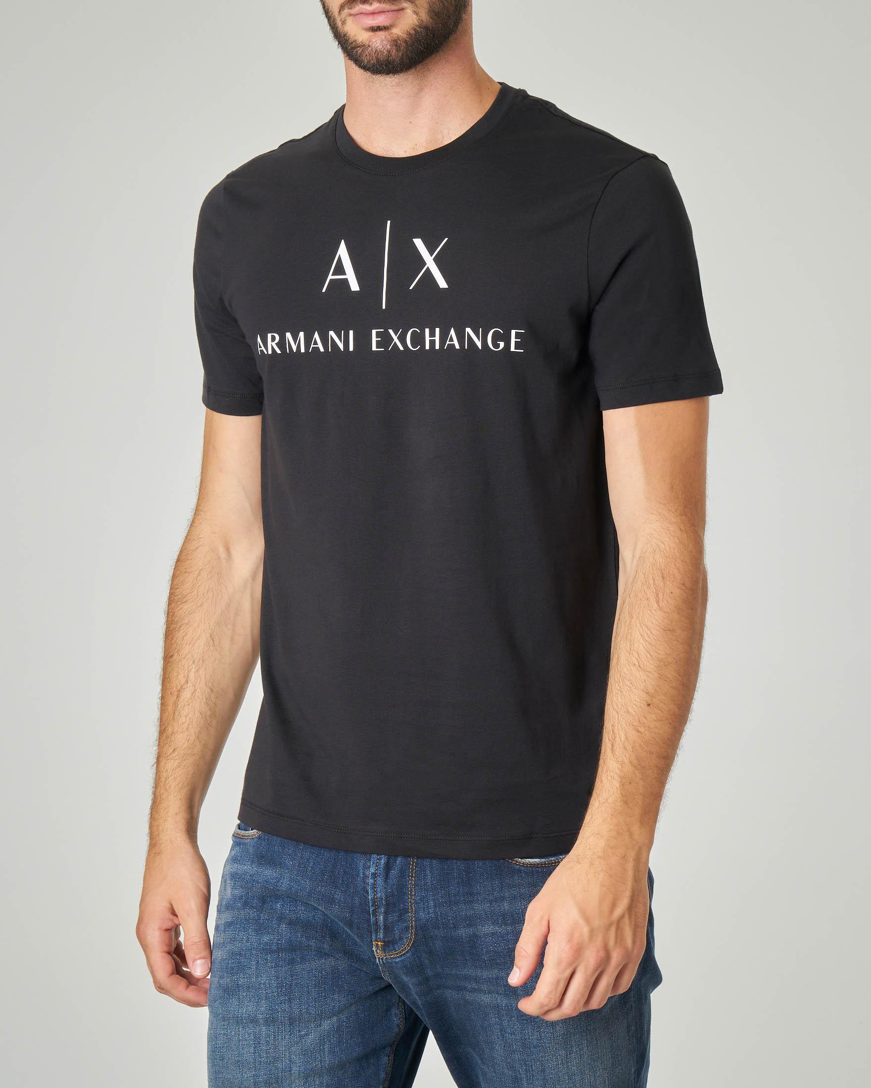 T-shirt nera con stampa logo sul petto