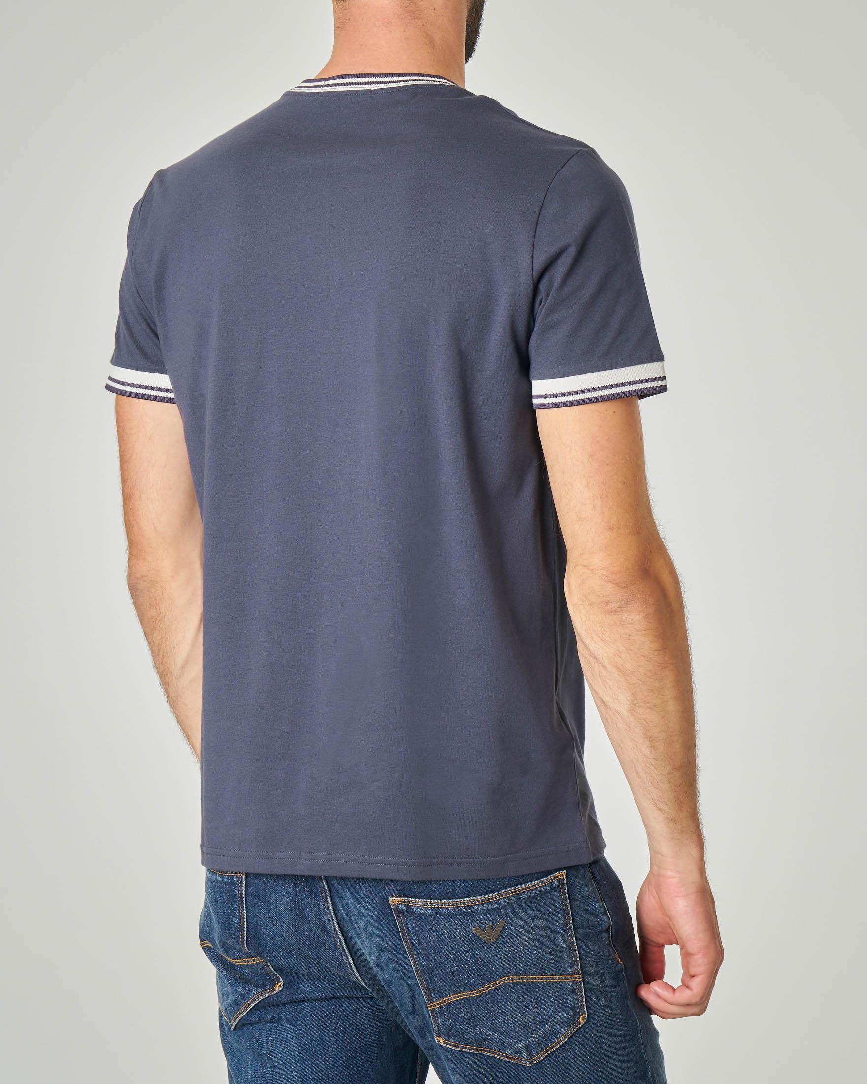 T-shirt blu con bordini e logo